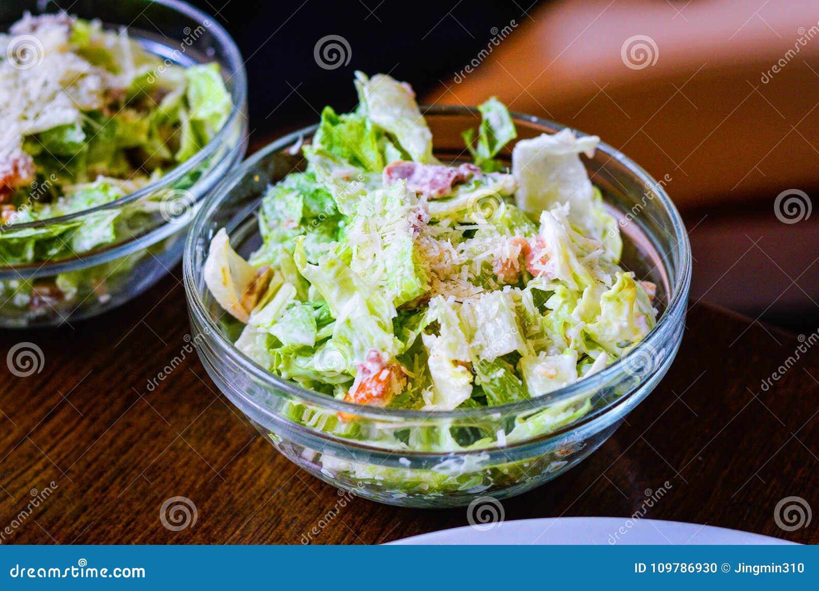 Caesar sallad i en glass bunke som förläggas på tabellen