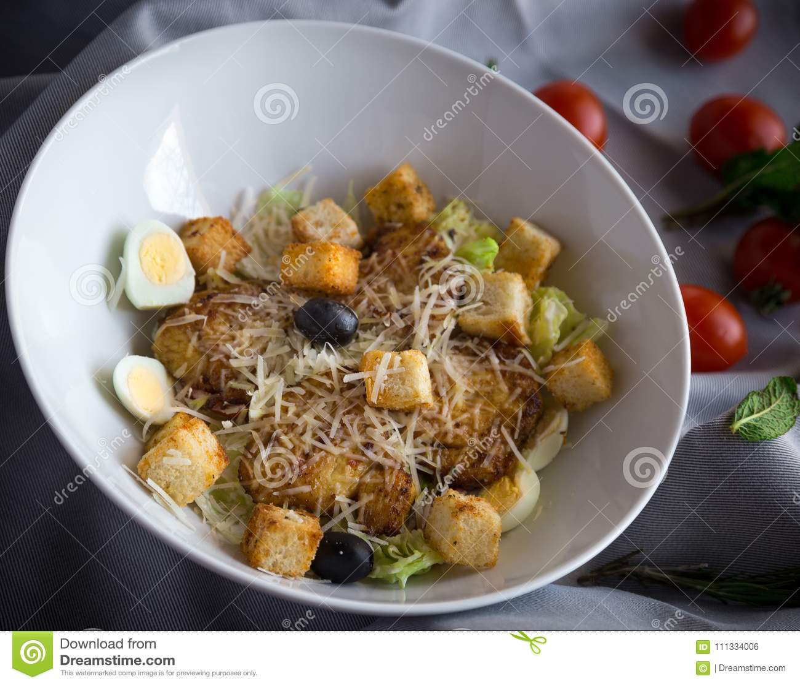 Caesarsalade met kip, knapperige croutons en verse slabladeren