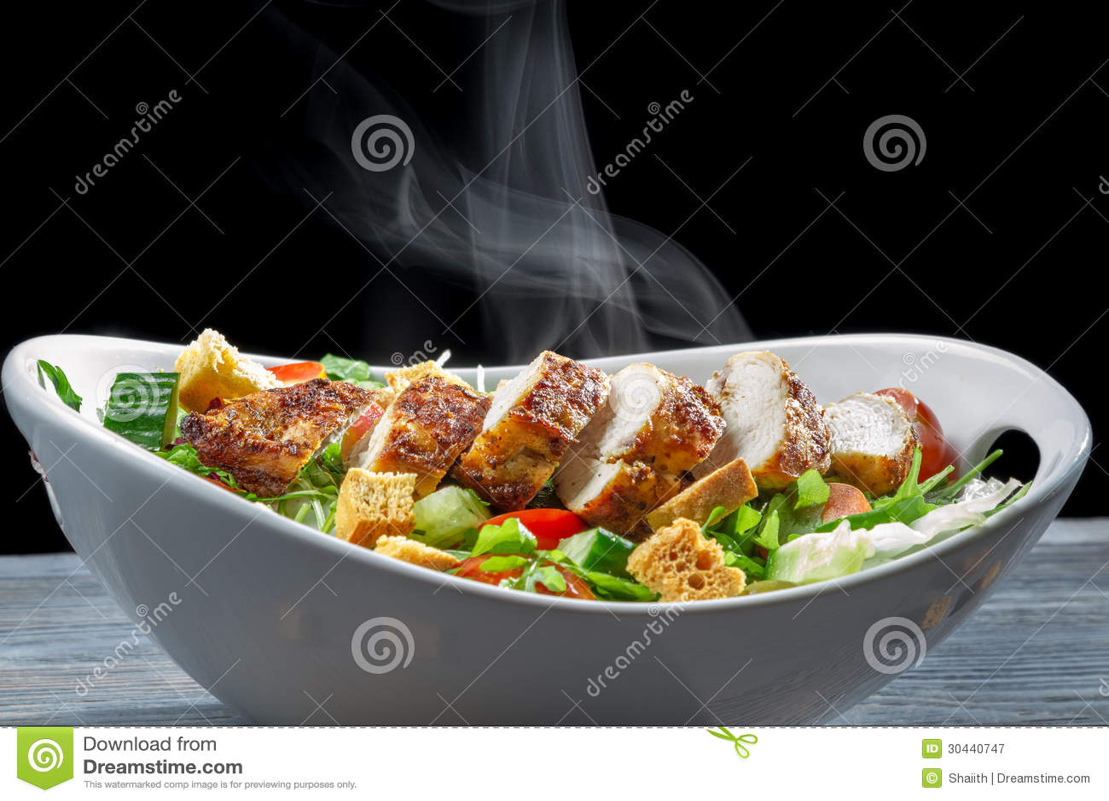 Caesarsalade van verse ingrediënten wordt gemaakt dat