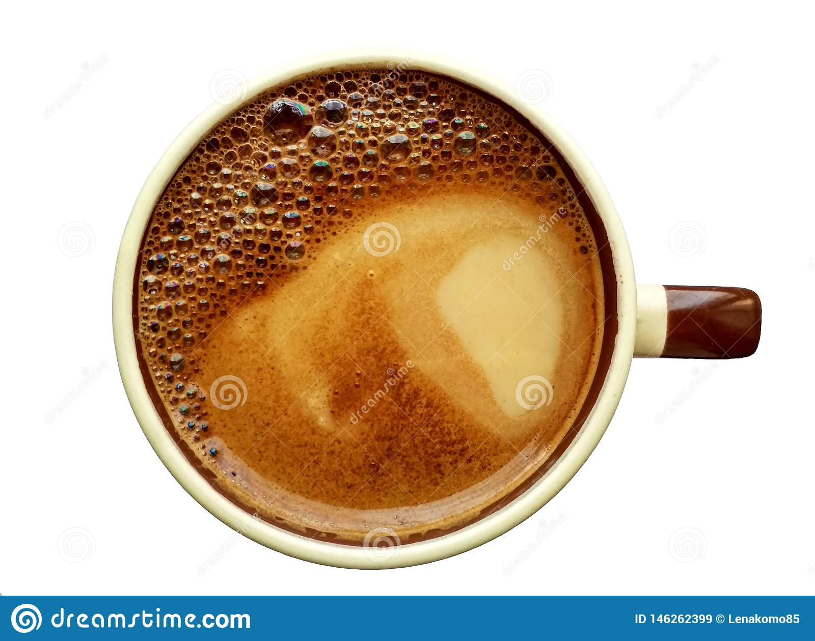 Café avec du lait dans une tasse en céramique avec la mousse d arc-en-ciel sur le dessus