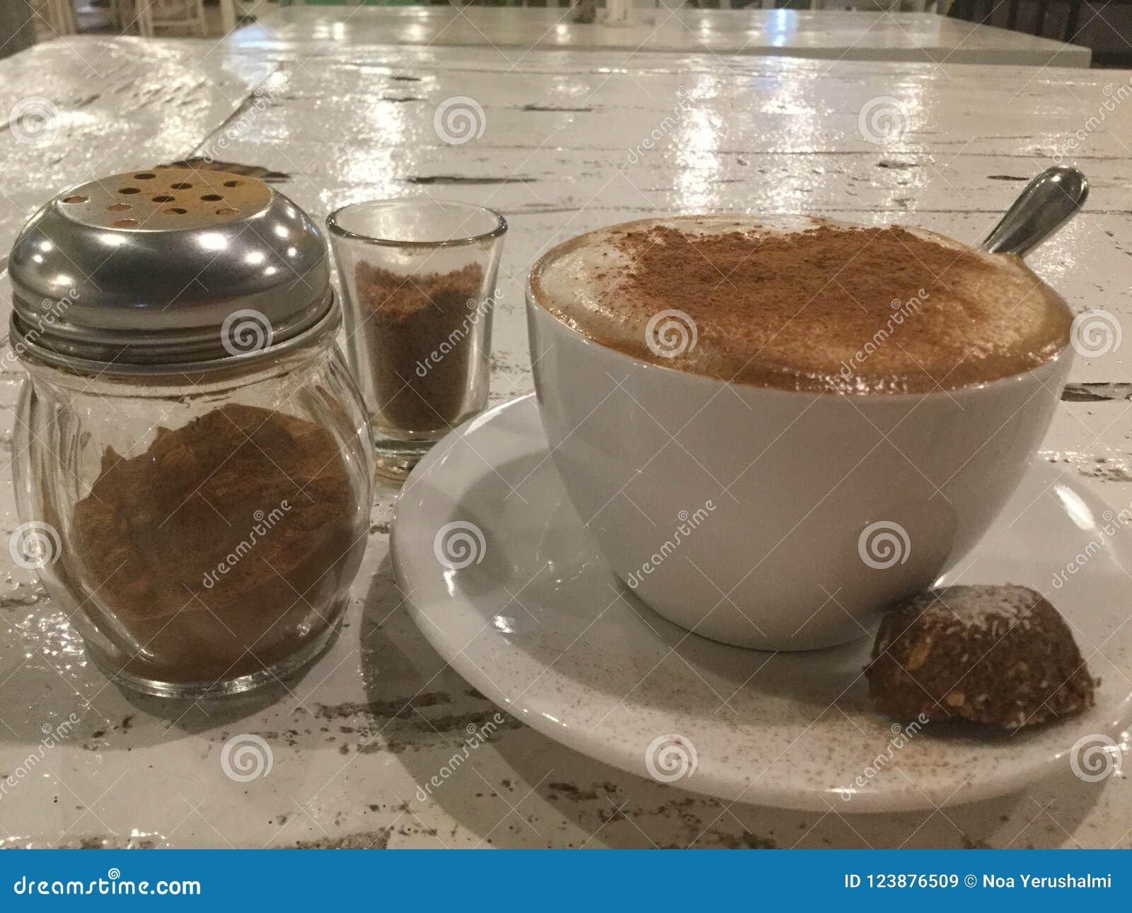 Café avec la poudre et le biscuit de cannelle cappuccino