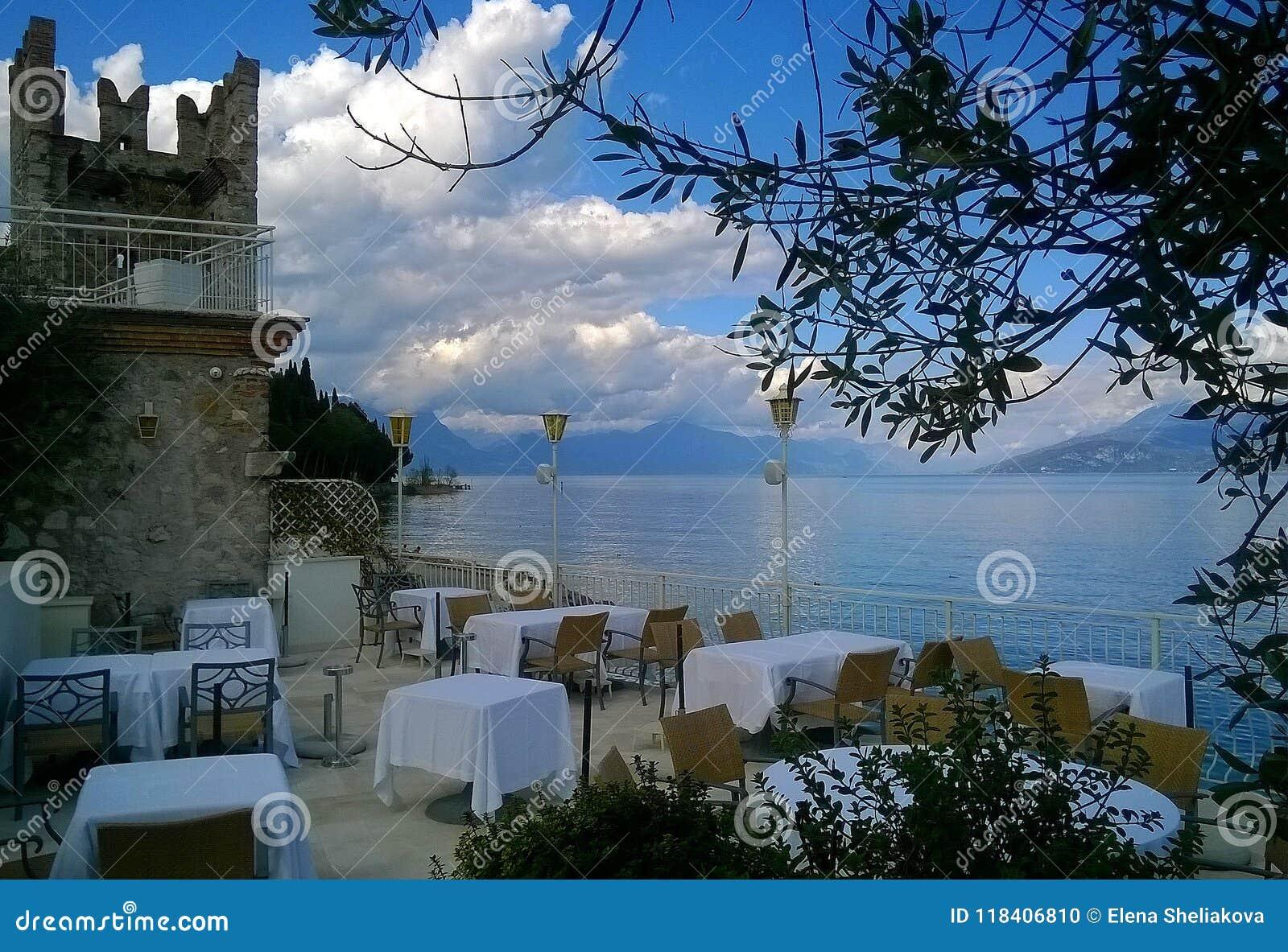 Café azul de la playa del lago
