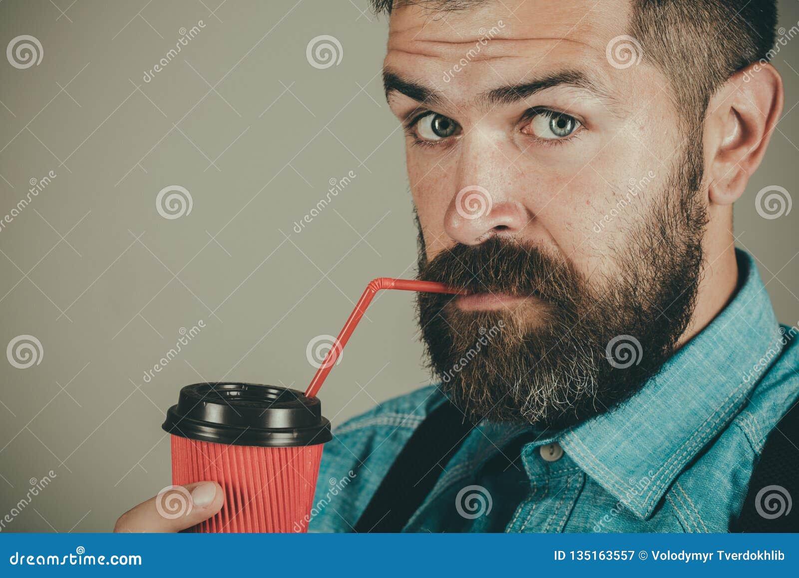 Café bonjour café mûr de boissons de hippie Complètement de l énergie Mâle avec la barbe l homme barbu brutal avec emportent
