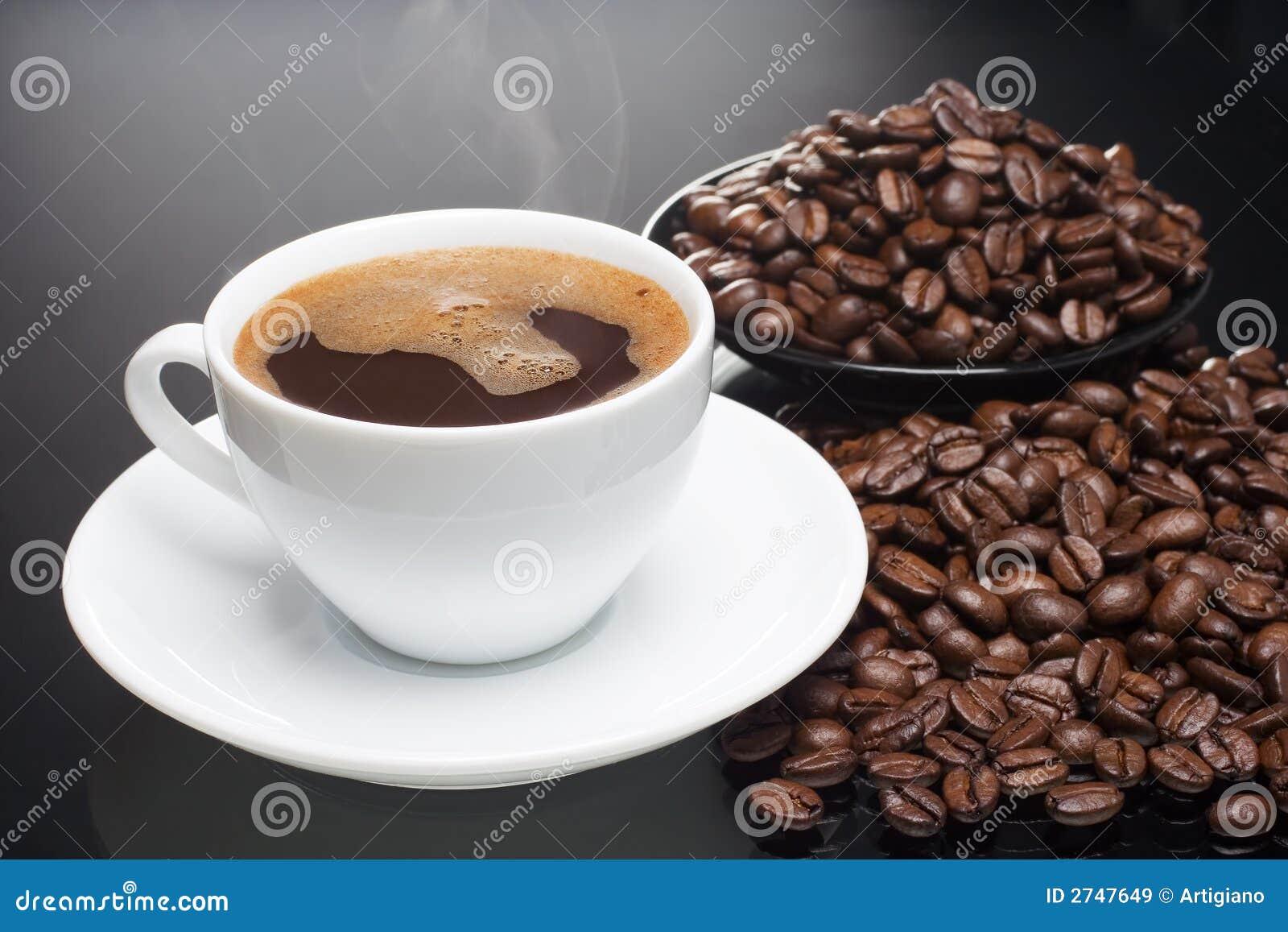 Café chaud avec des haricots