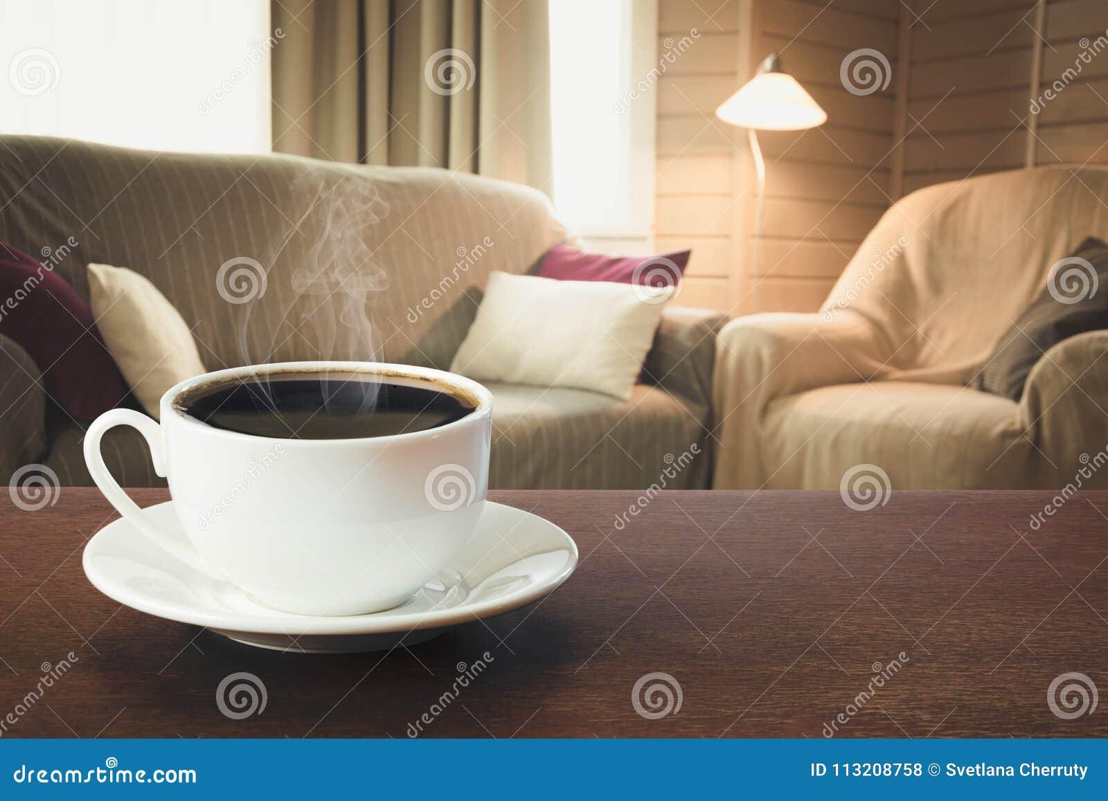 Café Chaud Sur Le Dessus De Table Dans Le Salon Moderne Dans Le ...