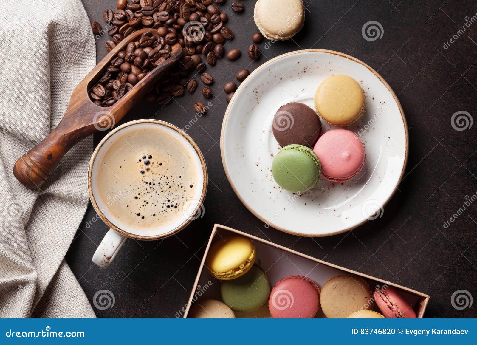 Café, chocolate y macarrones en la tabla de cocina vieja