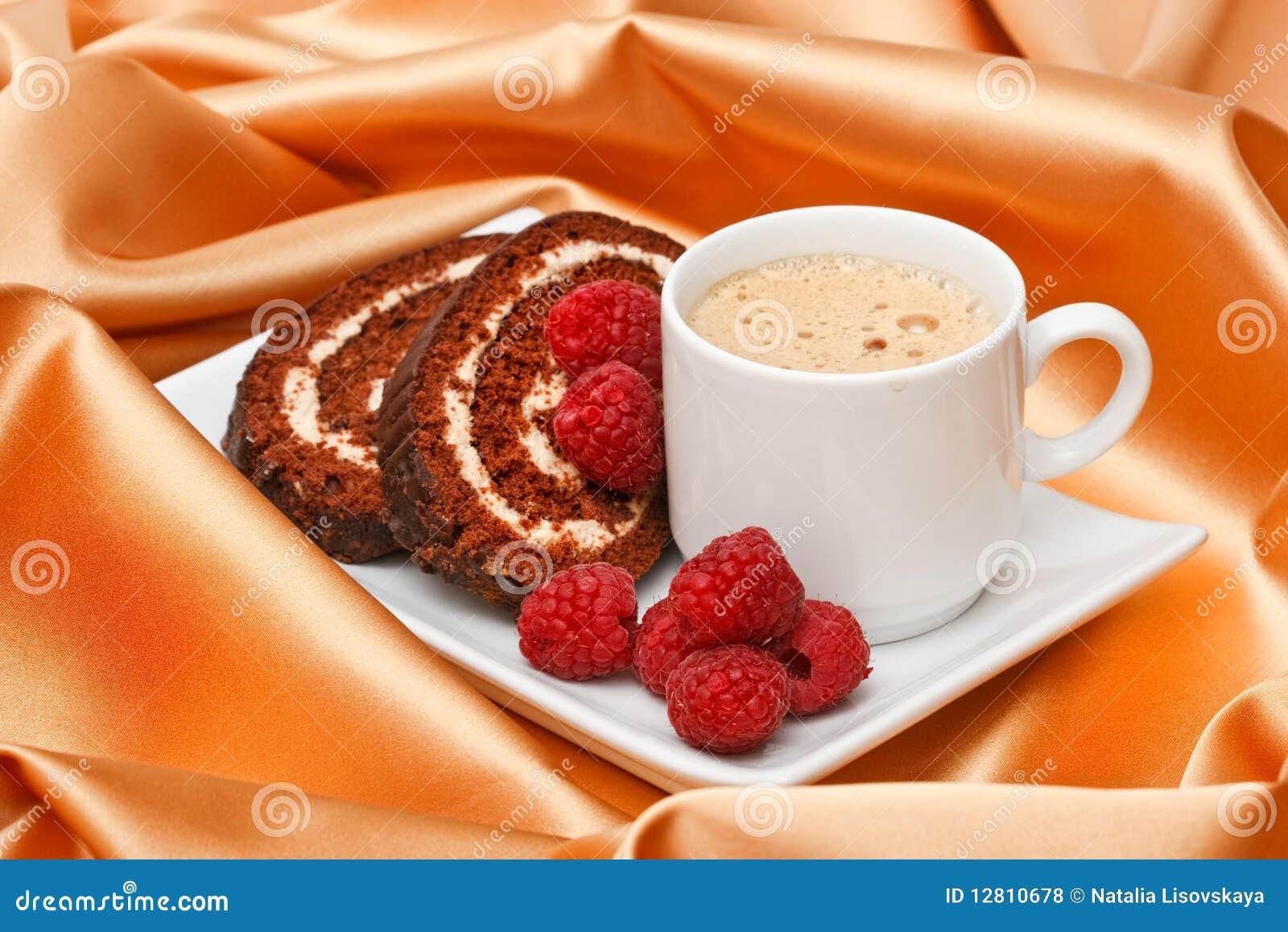 Café com bolo e framboesas