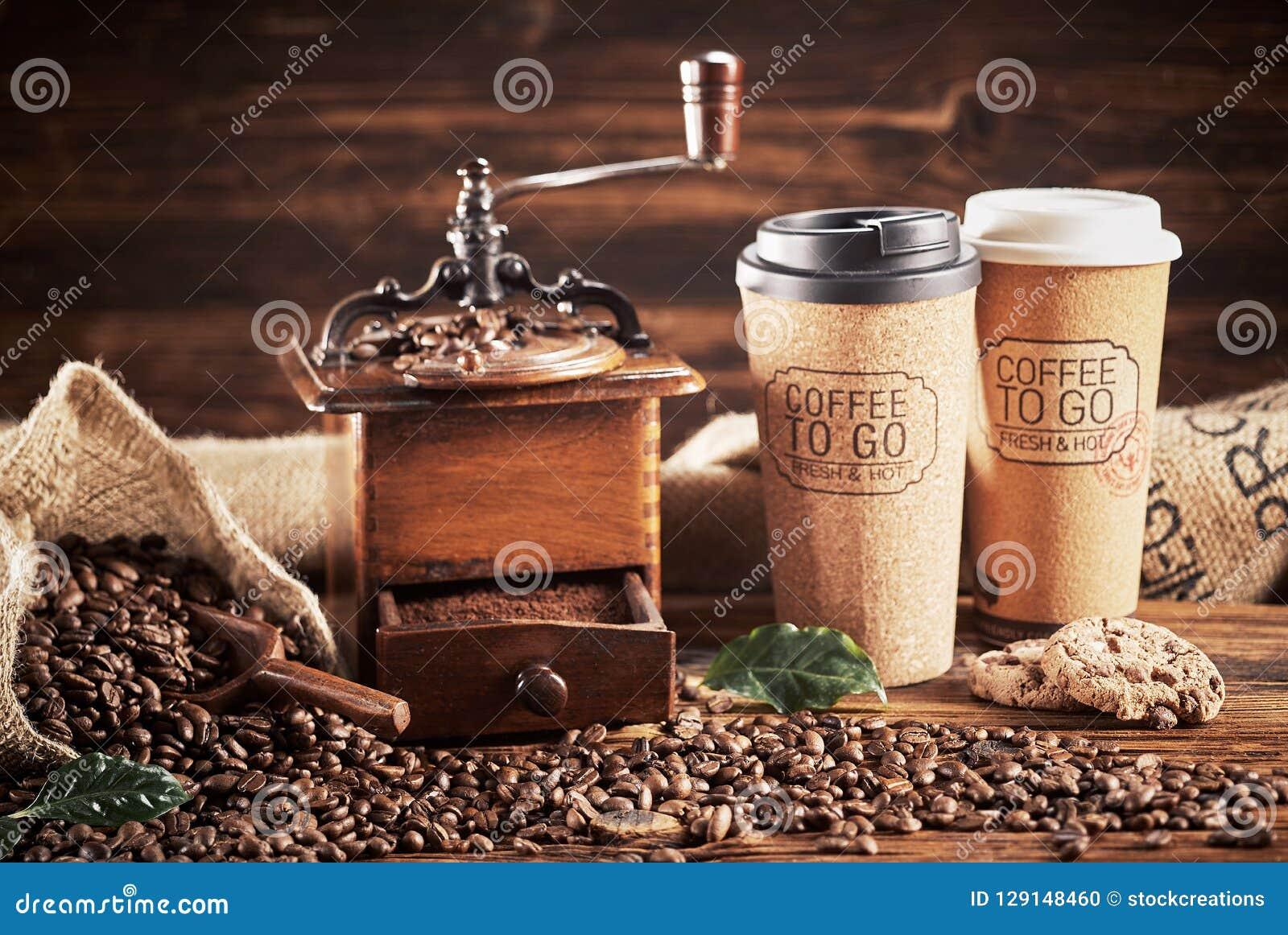 Café com moedor e café a ir copos