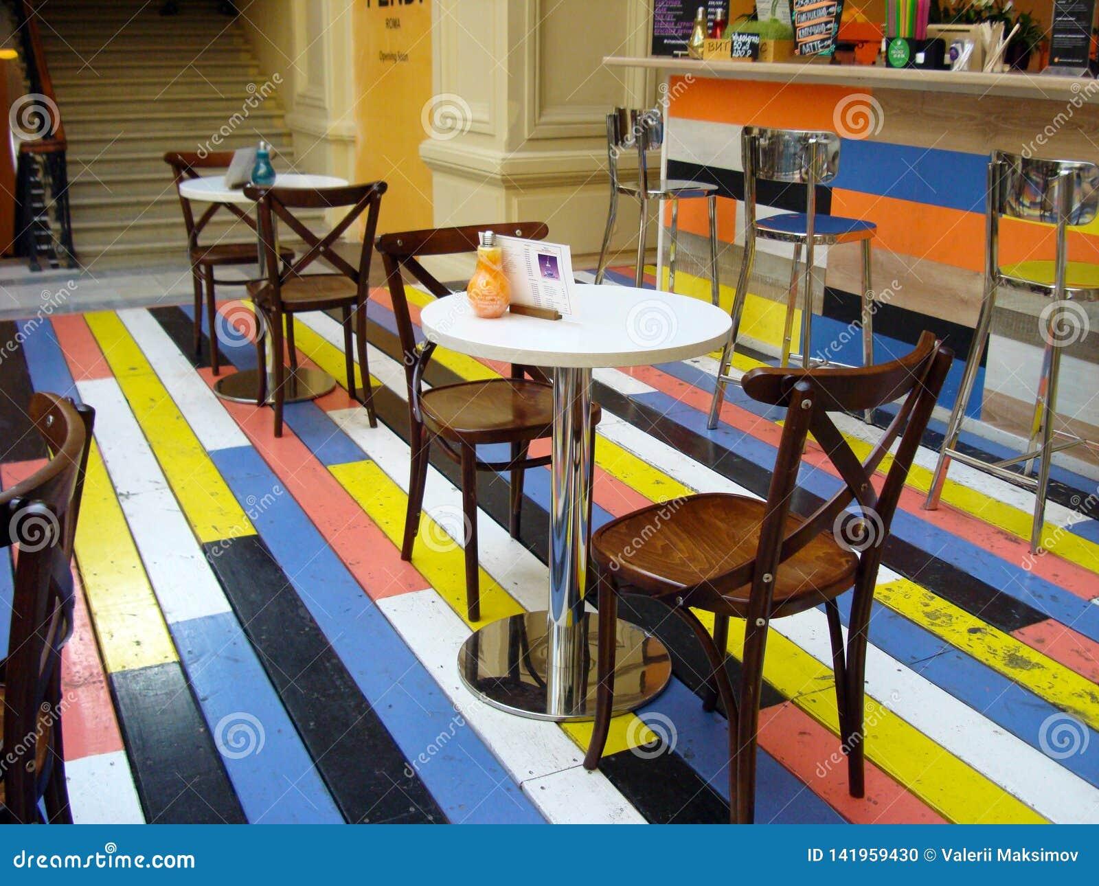 Café com os assoalhos de madeira coloridos no shopping