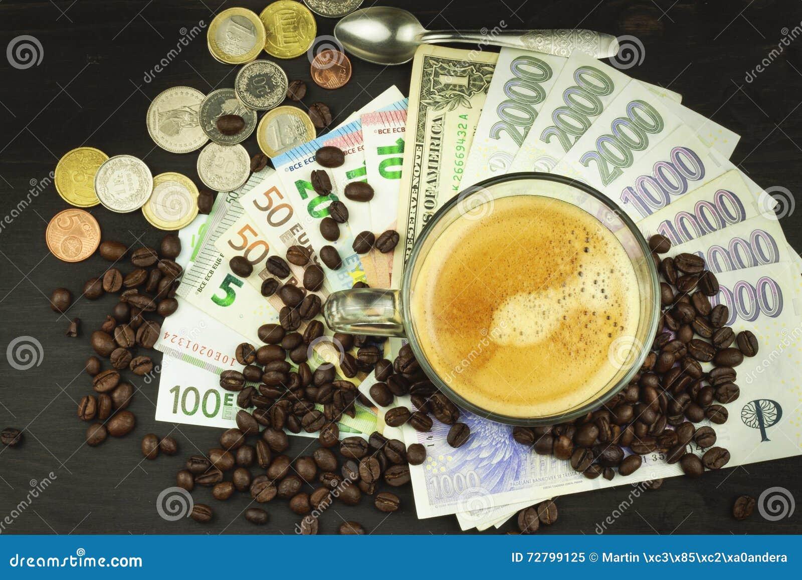 Café commercial global Tasse de café et d argent Billets de banque valides sur une table en bois Le problème de la corruption