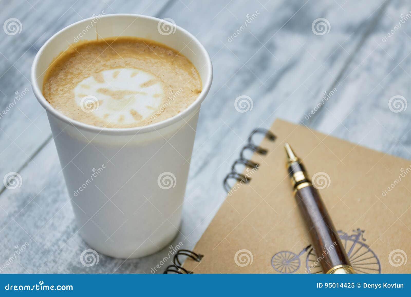 Café, cuaderno y pluma