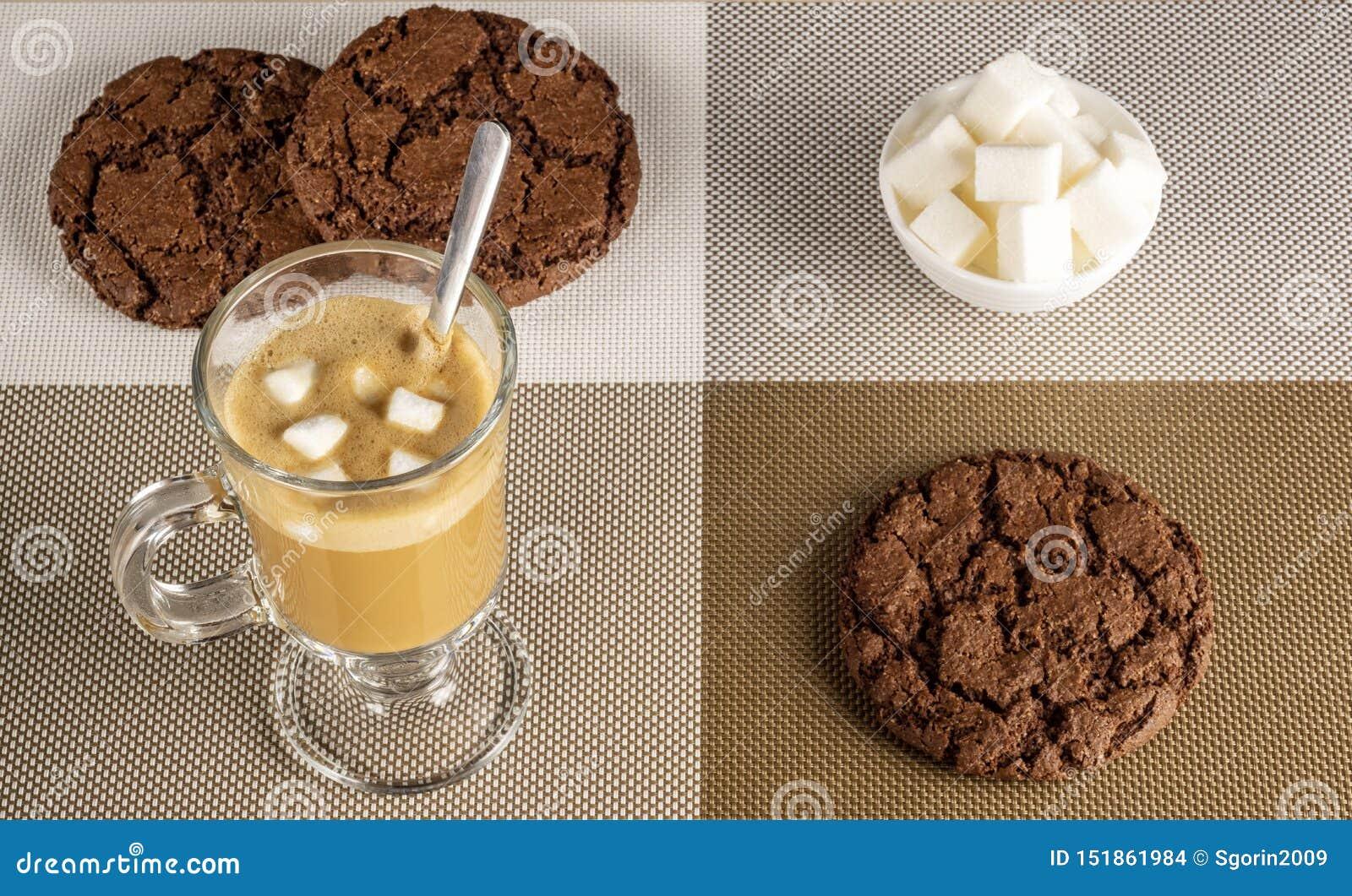 Café d expresso avec des guimauves et des gâteaux aux pépites de chocolat