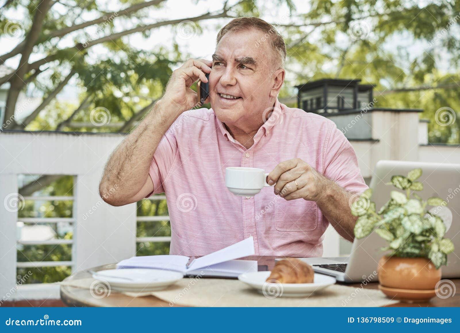 Café d homme d affaires et téléphone potables d invitation
