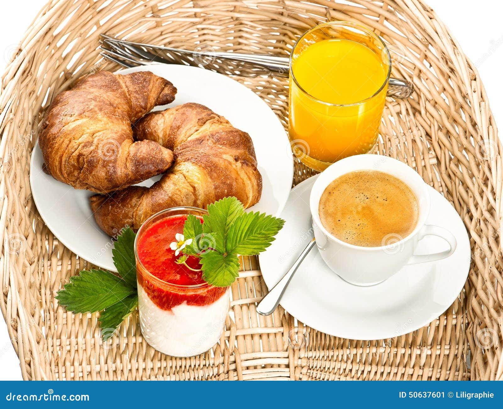 Café da manhã com café, croissant e suco de laranja