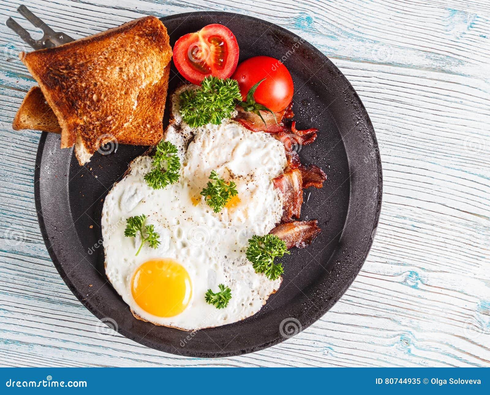 Café da manhã dos ovos com tomate e salsa Foco seletivo