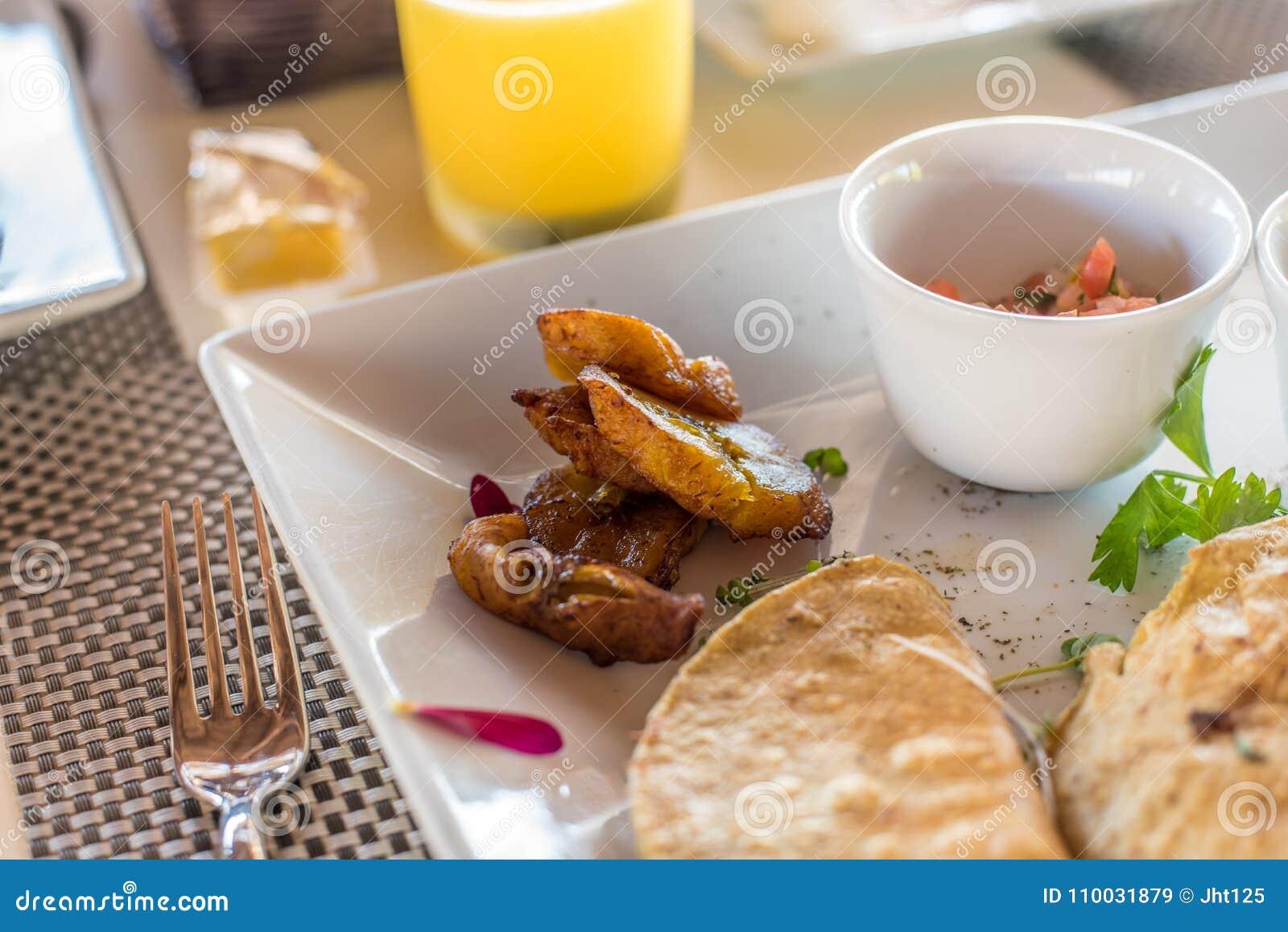 Café da manhã mexicano do quesadilla com banana-da-terra