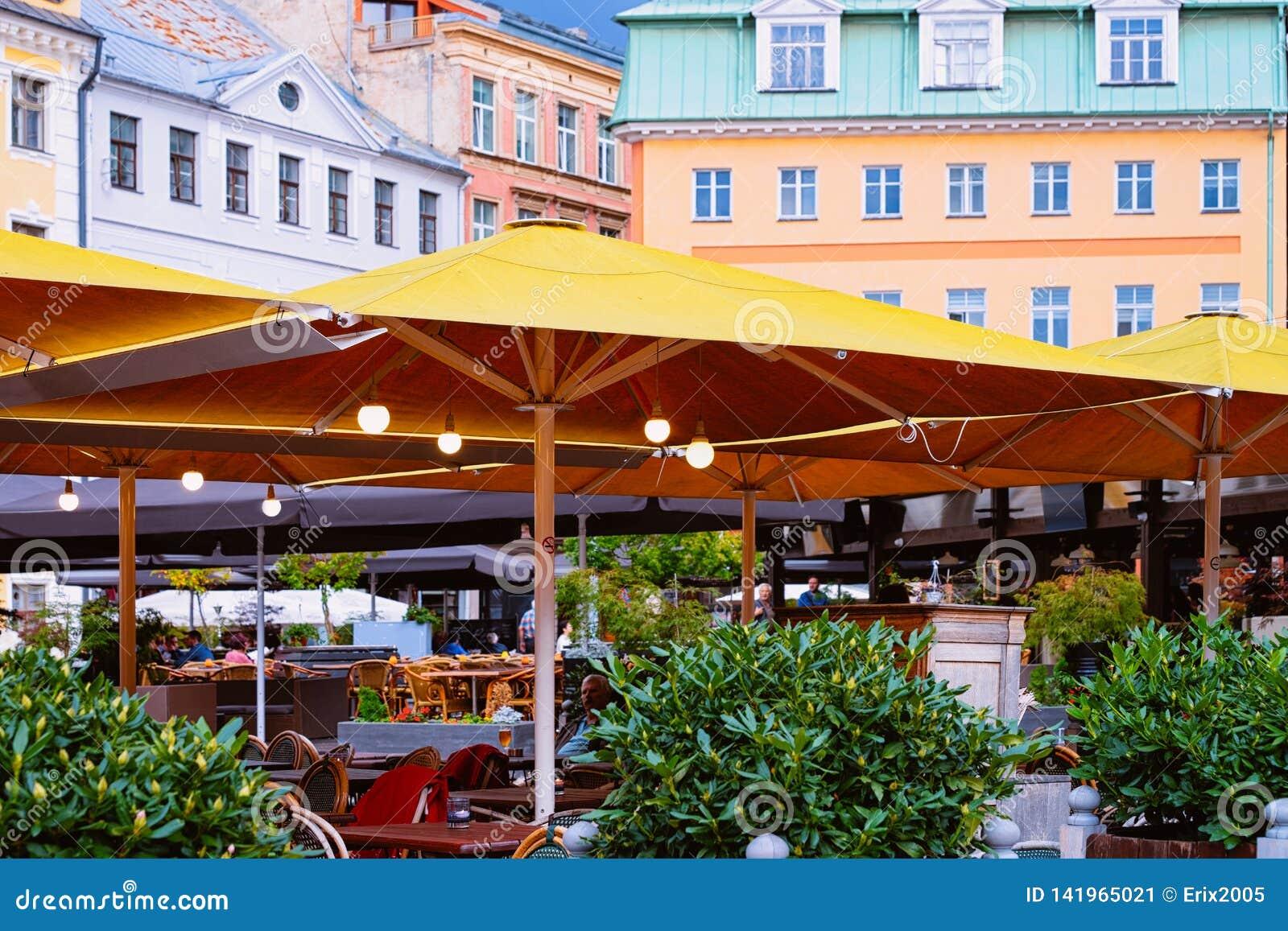 Café da rua do terraço na cidade velha de Riga de Letónia