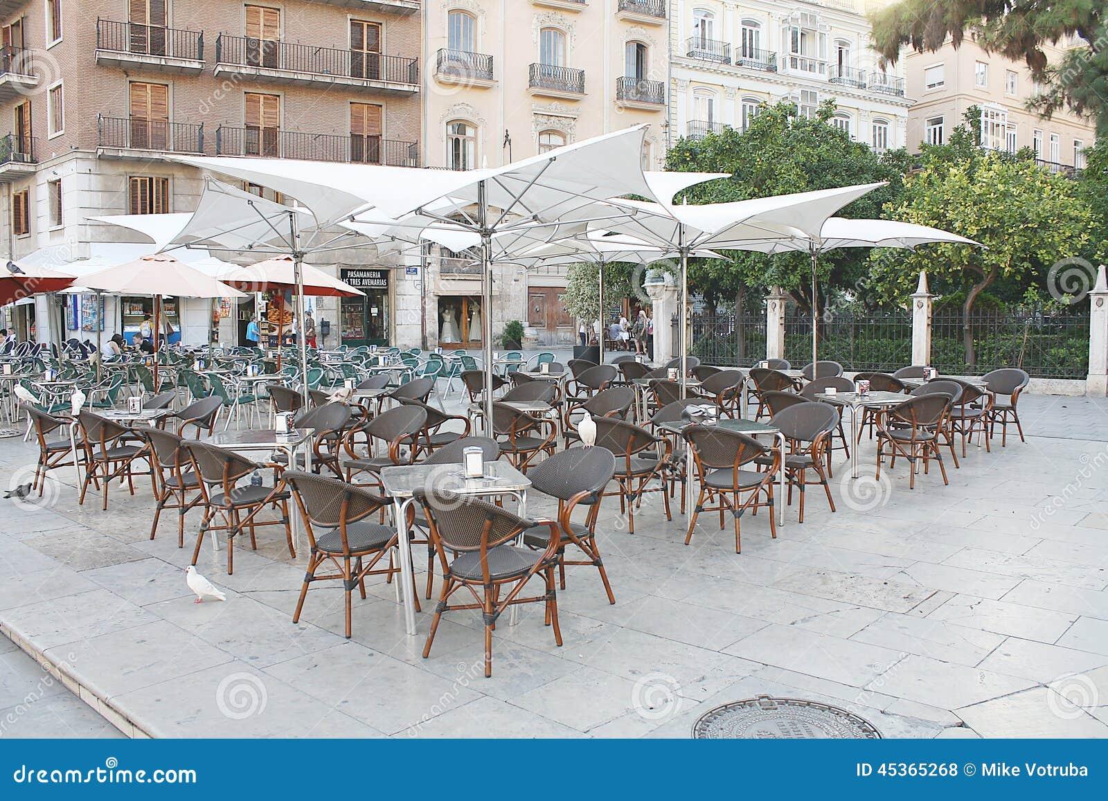 Café dans la plaza publique