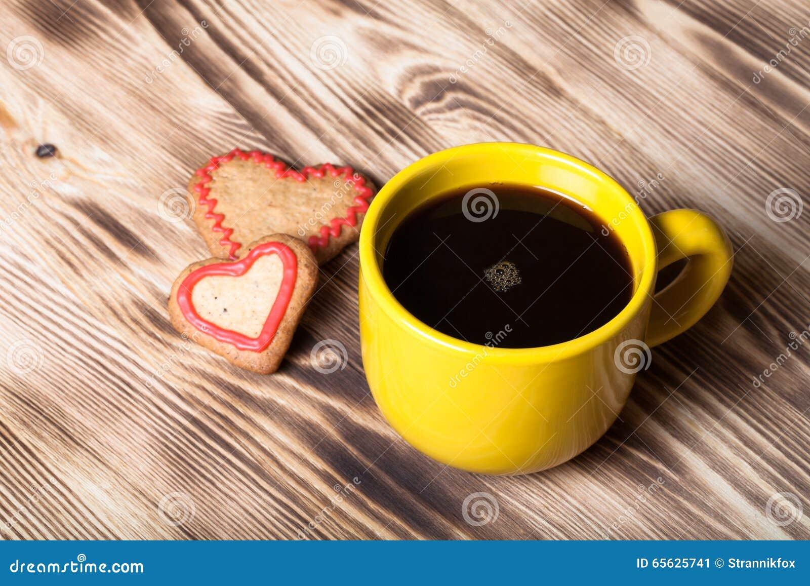 Café dans la tasse sur la table en bois pour le fond