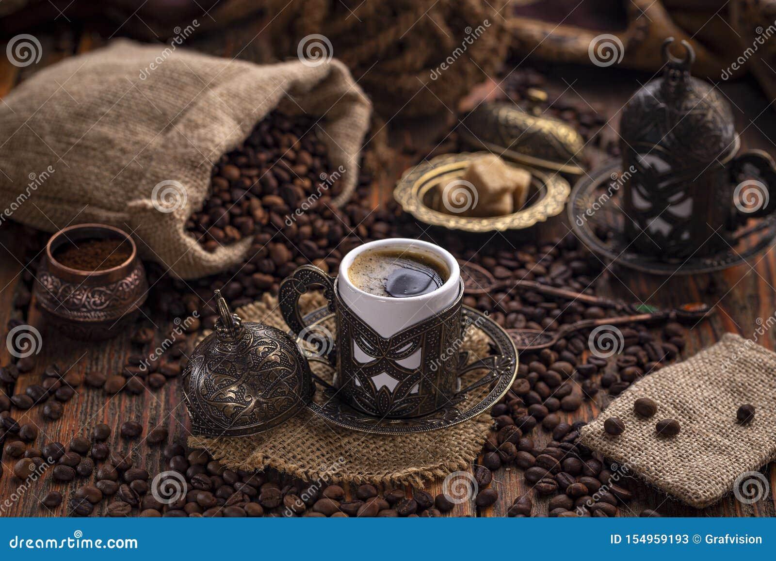 Café dans la tasse traditionnelle turque en métal