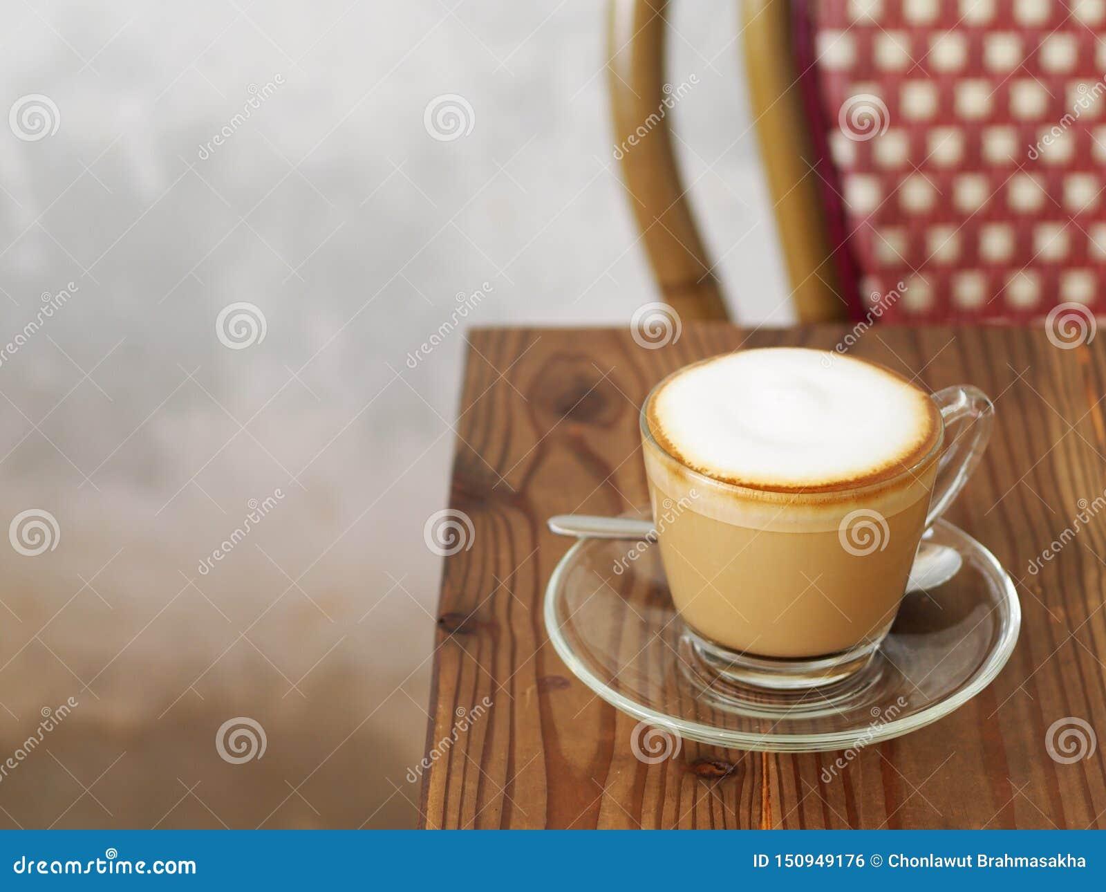 Café de cappuccino avec la pleine bulle fine crème peu de poudre de cacao