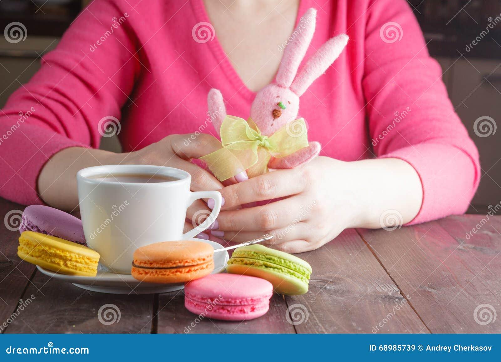 Café de consumición de la mujer por la mañana