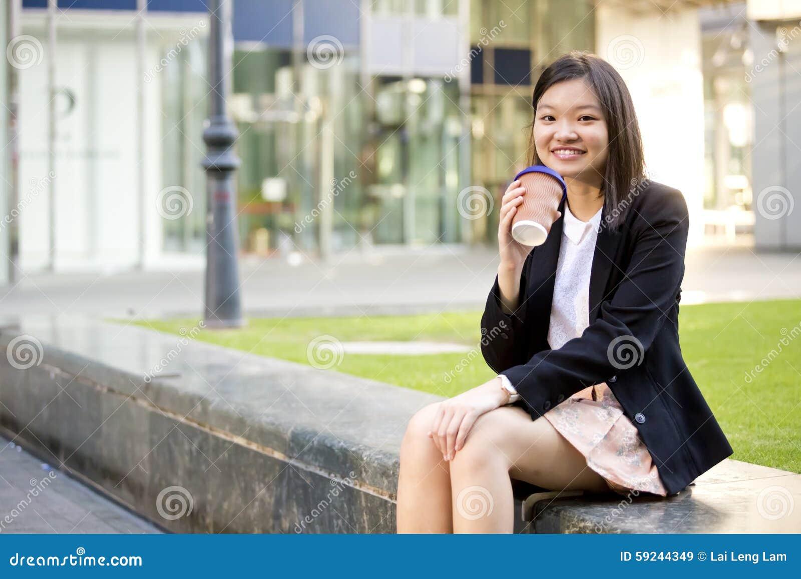 Download Café De Consumición Del Ejecutivo De Sexo Femenino Asiático Joven Imagen de archivo - Imagen de café, corporativo: 59244349