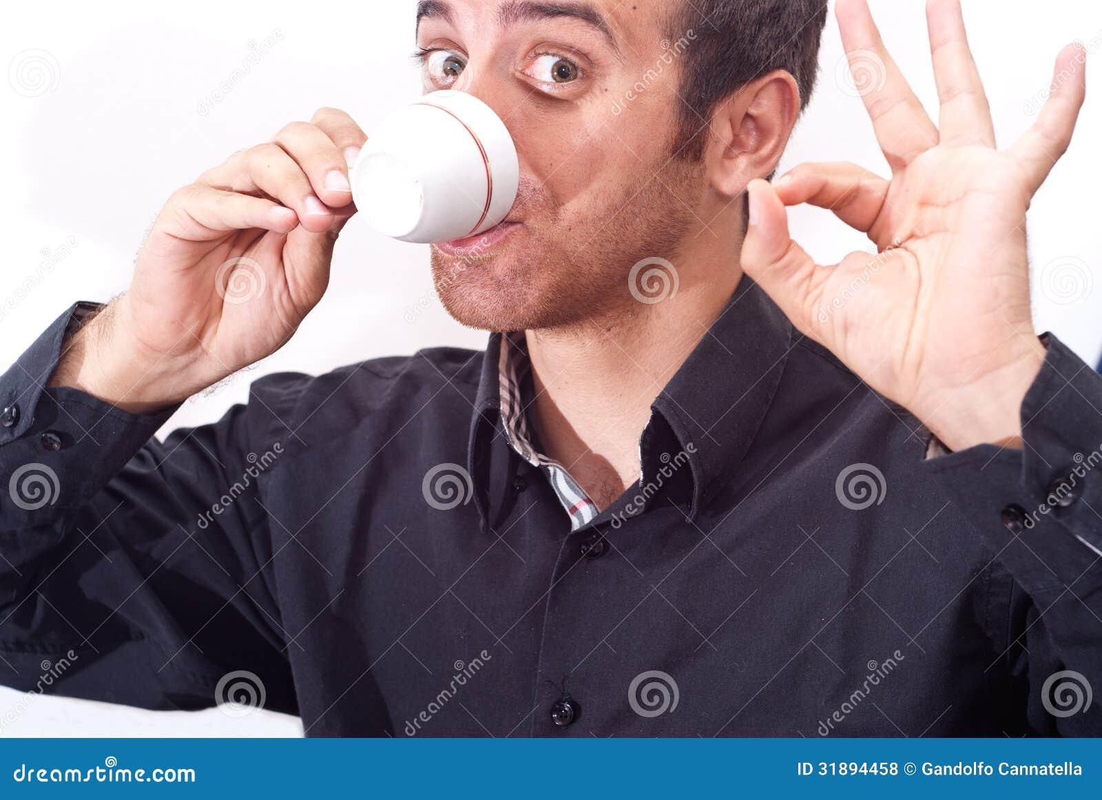 Café de consumición del hombre de negocios