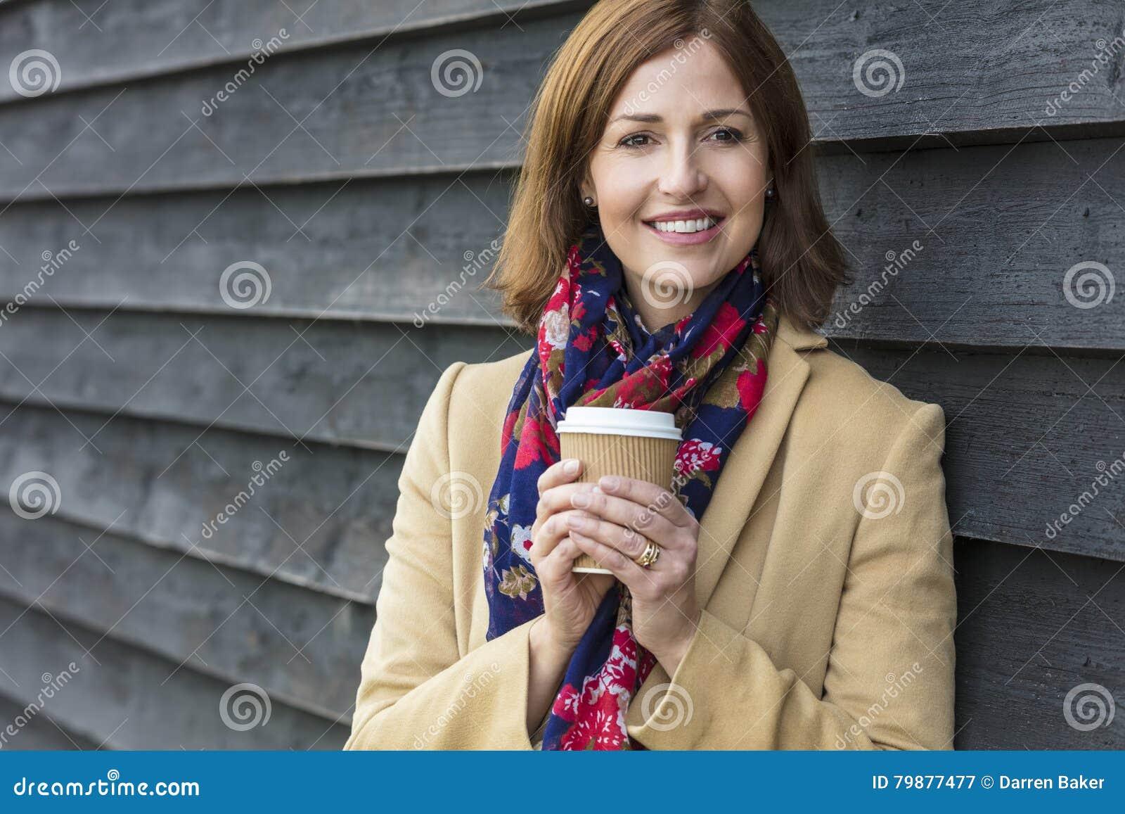 Café de consumición envejecido centro atractivo feliz de la mujer