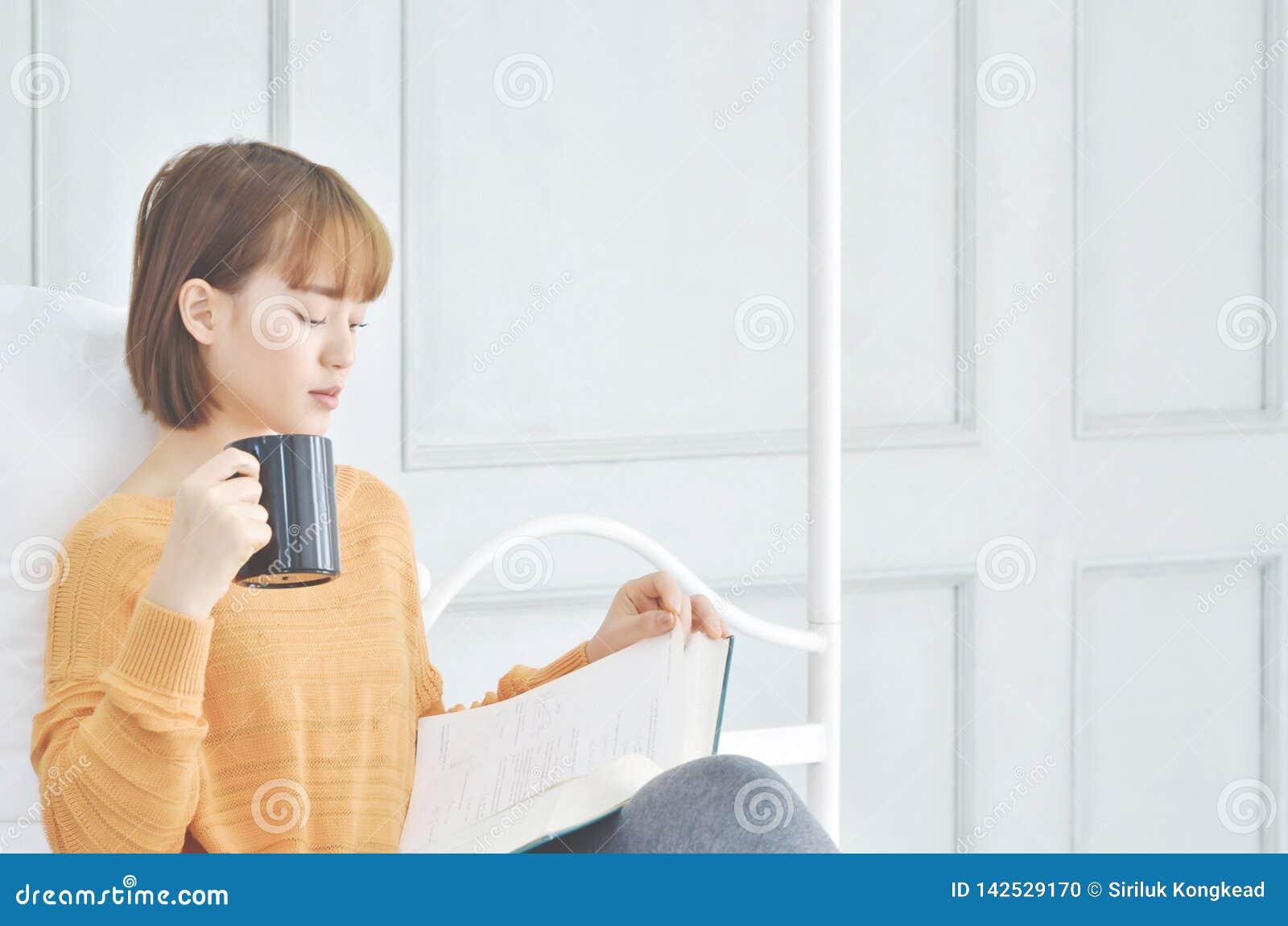 Café de consumición de la mujer y libros leídos