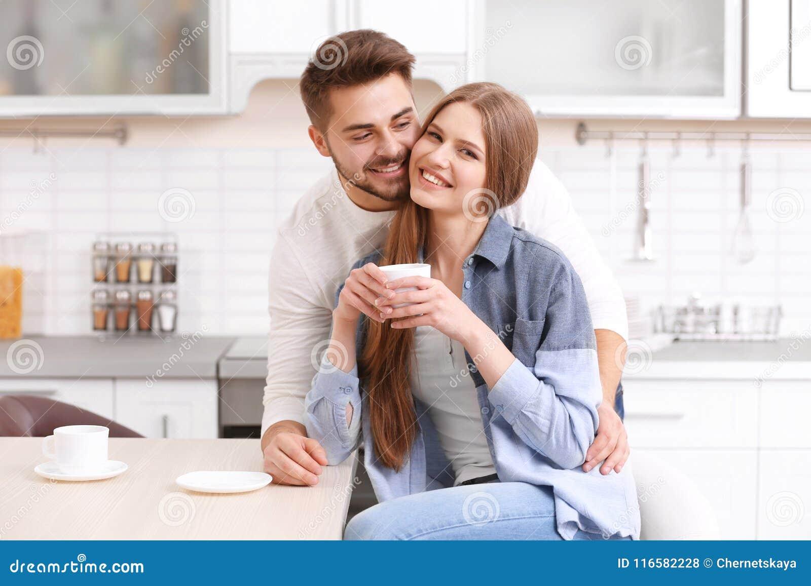 Café de consumición de los pares jovenes lindos