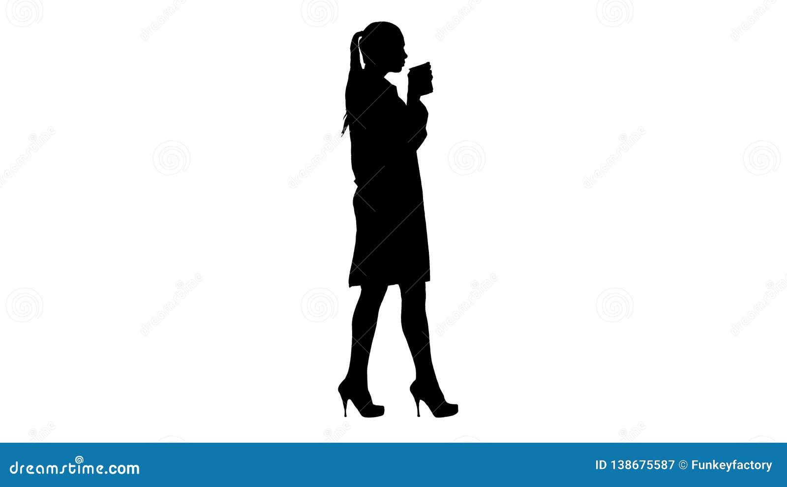 Café de consumición y el caminar del doctor de sexo femenino de la silueta