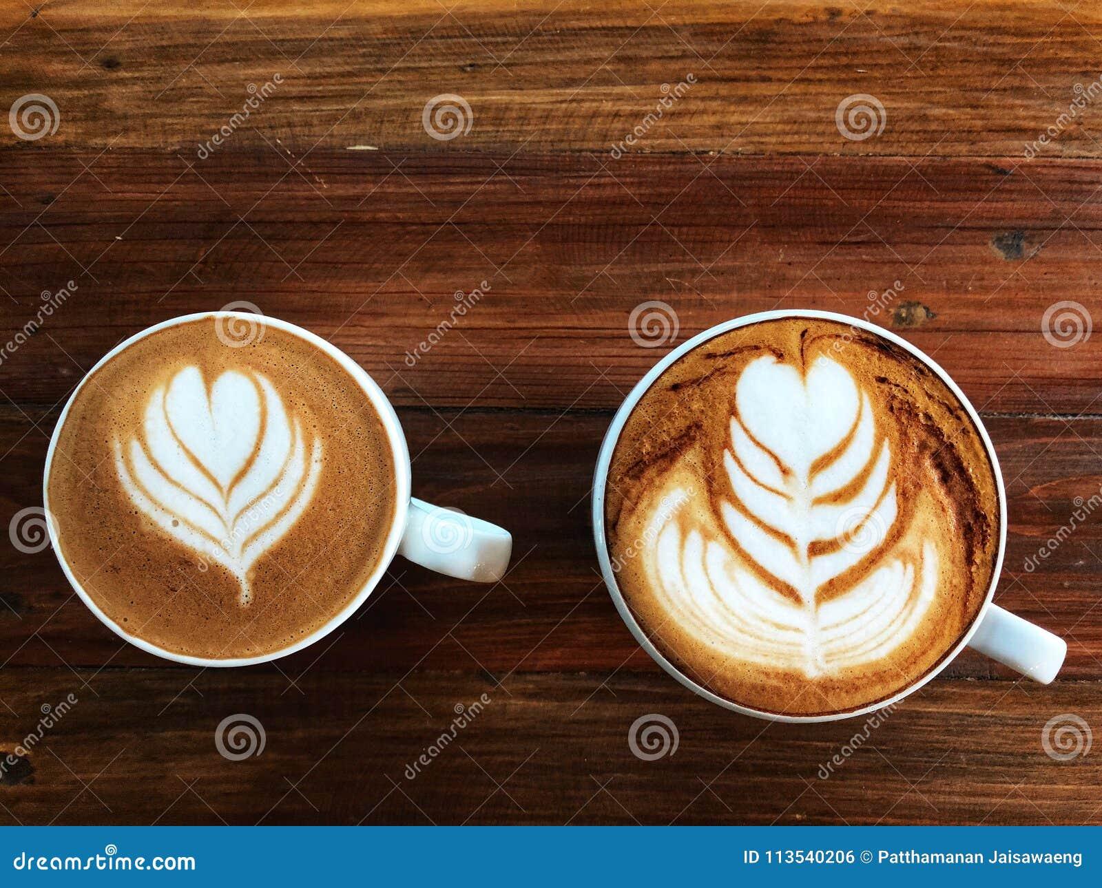 Café de flautín del arte del latte y café del capuchino en la taza blanca