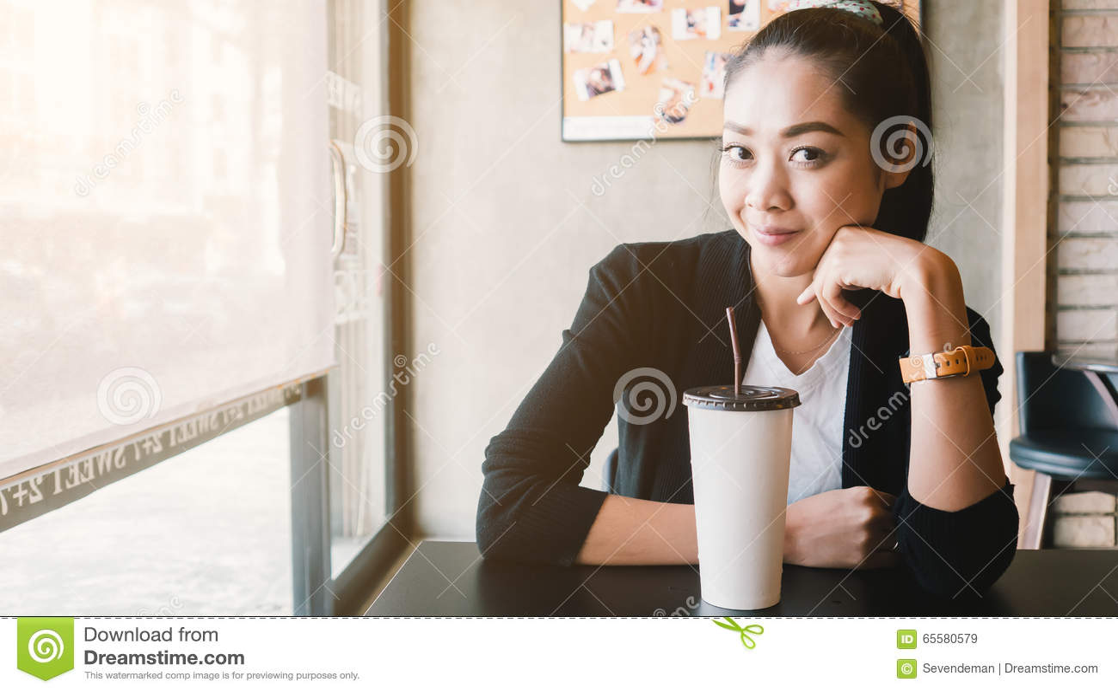Café de gelo da bebida da mulher