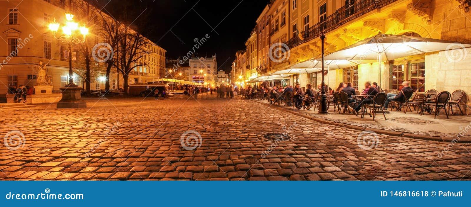 Café de la calle en las calles viejas de la ciudad de la noche