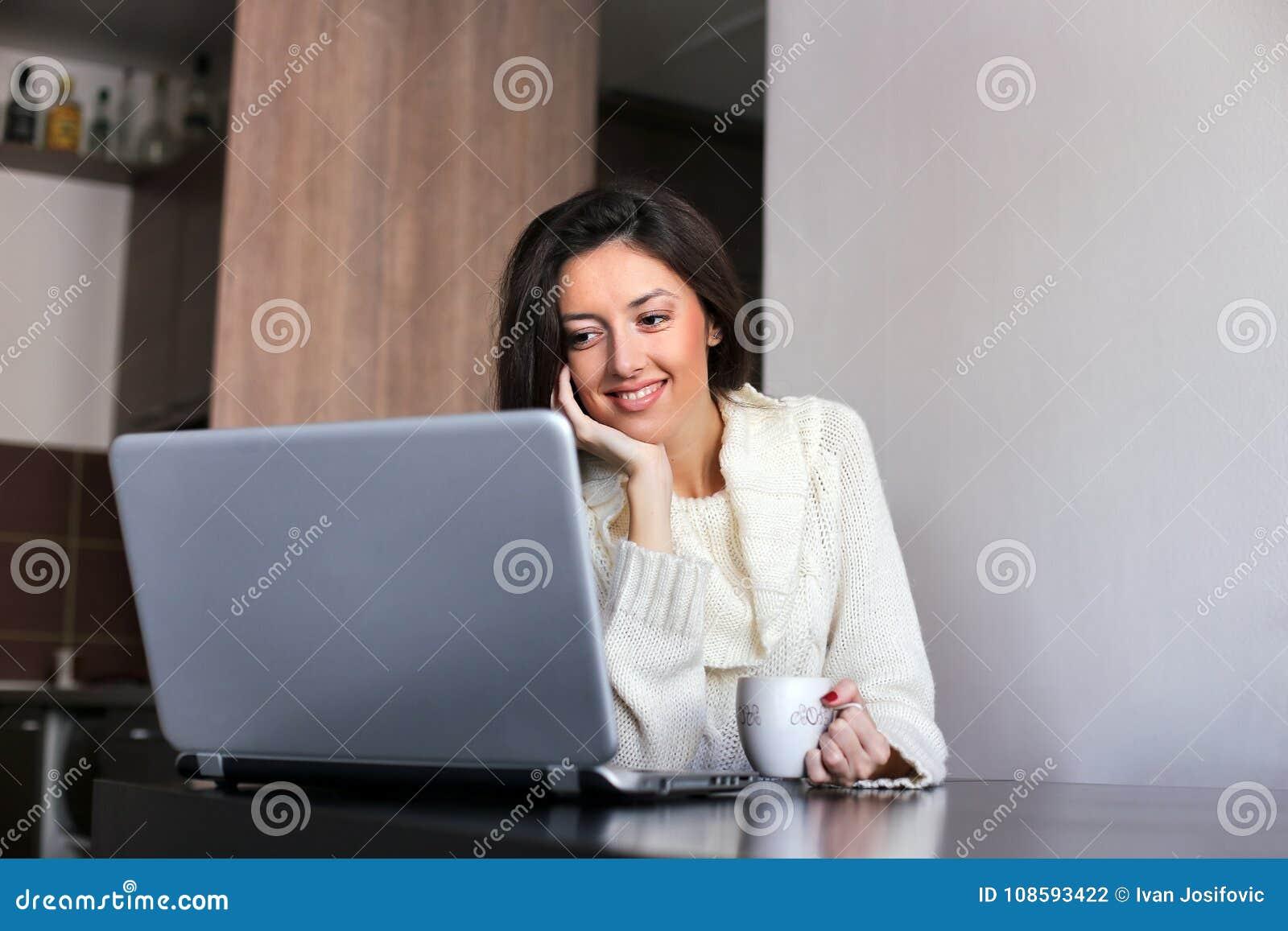Café de la mañana delante de un ordenador portátil