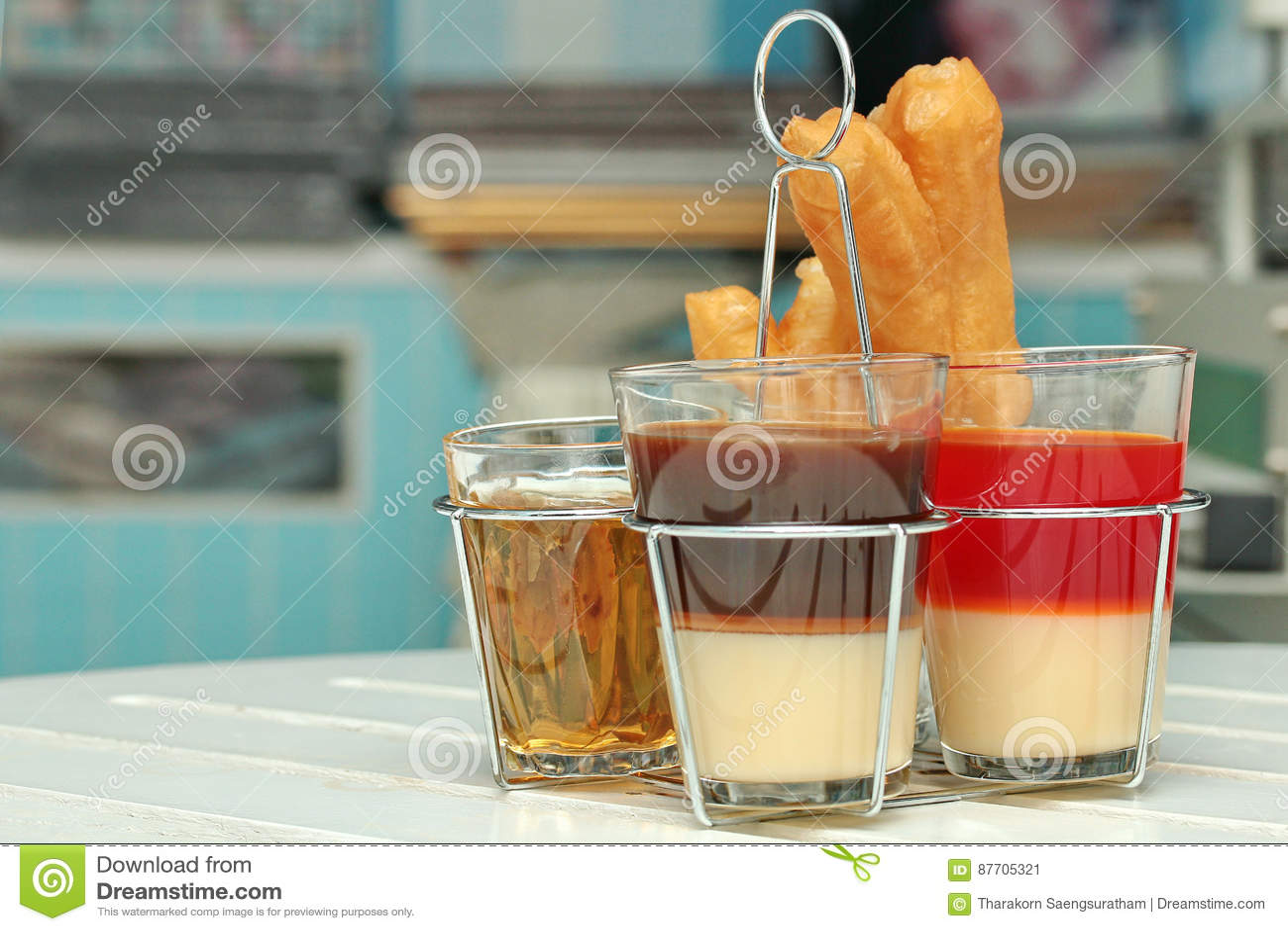 Café de lait et thé et Patongko traditionnels thaïlandais de lait