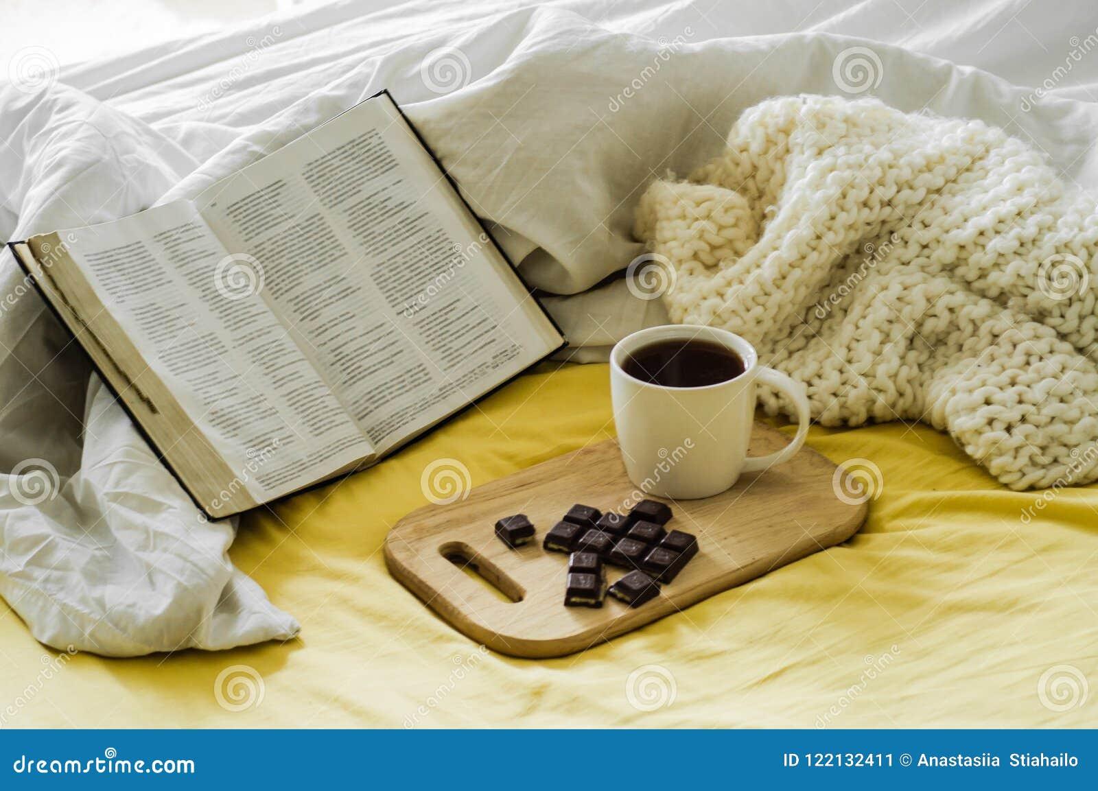 Café de matin avec la bible illuminée par lumière du soleil Tasse de café avec Christian Bible Chambre à coucher blanche Tasse de