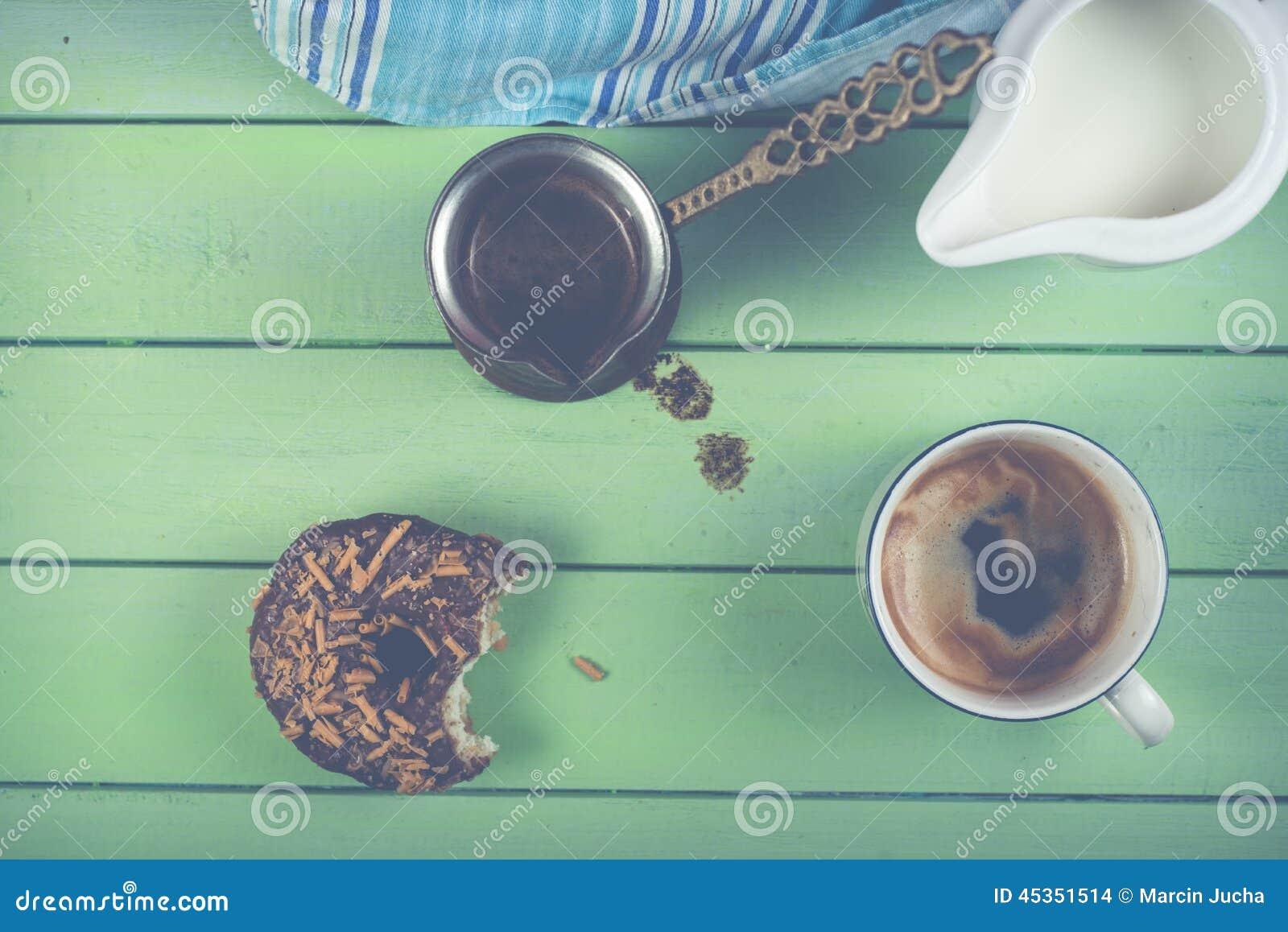 Café de matin avec le beignet