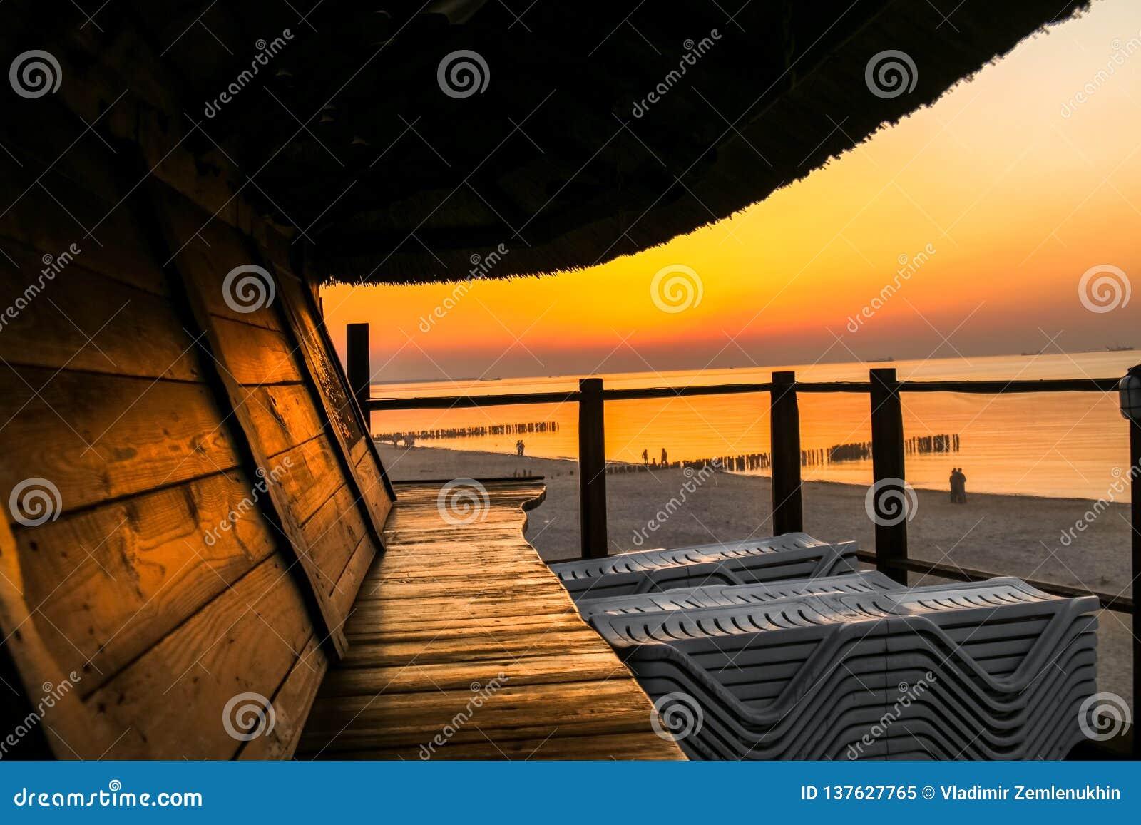 Café de plage par la mer, beau coucher du soleil