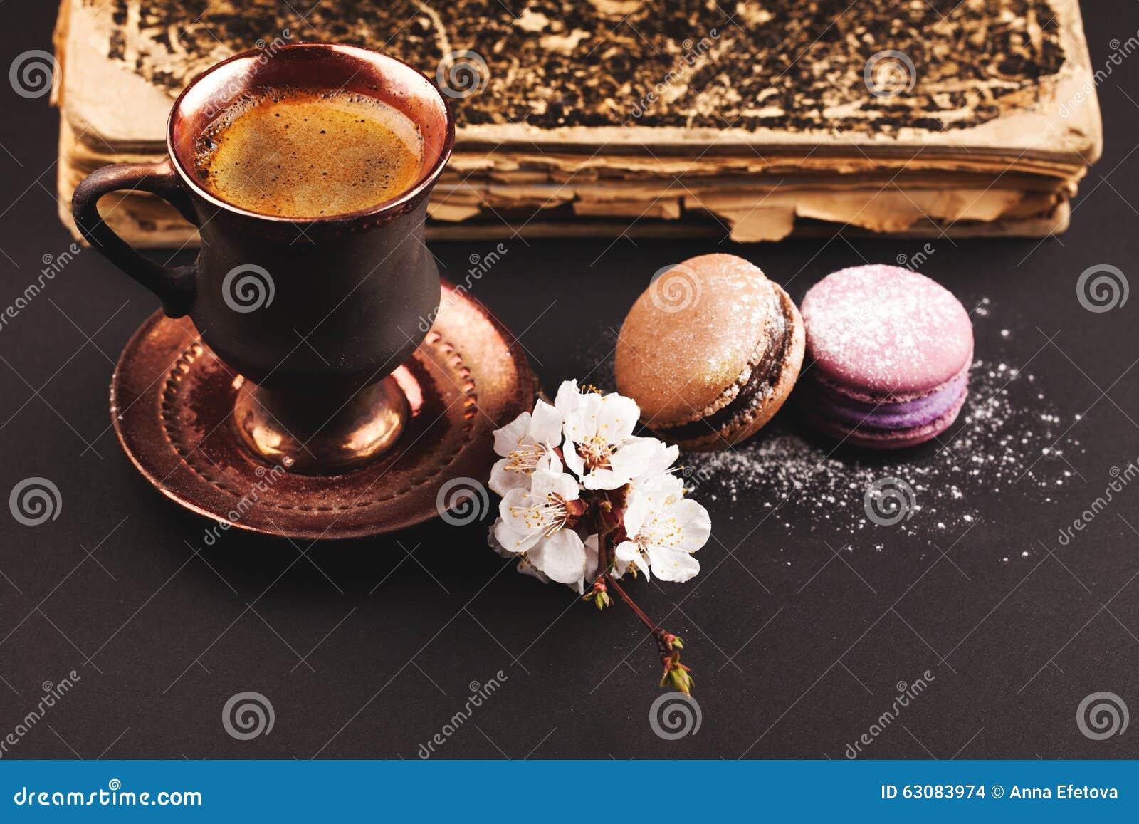 Download Café De Vintage Avec La Fleur Et Les Macarons Photo stock - Image du dessert, bake: 63083974
