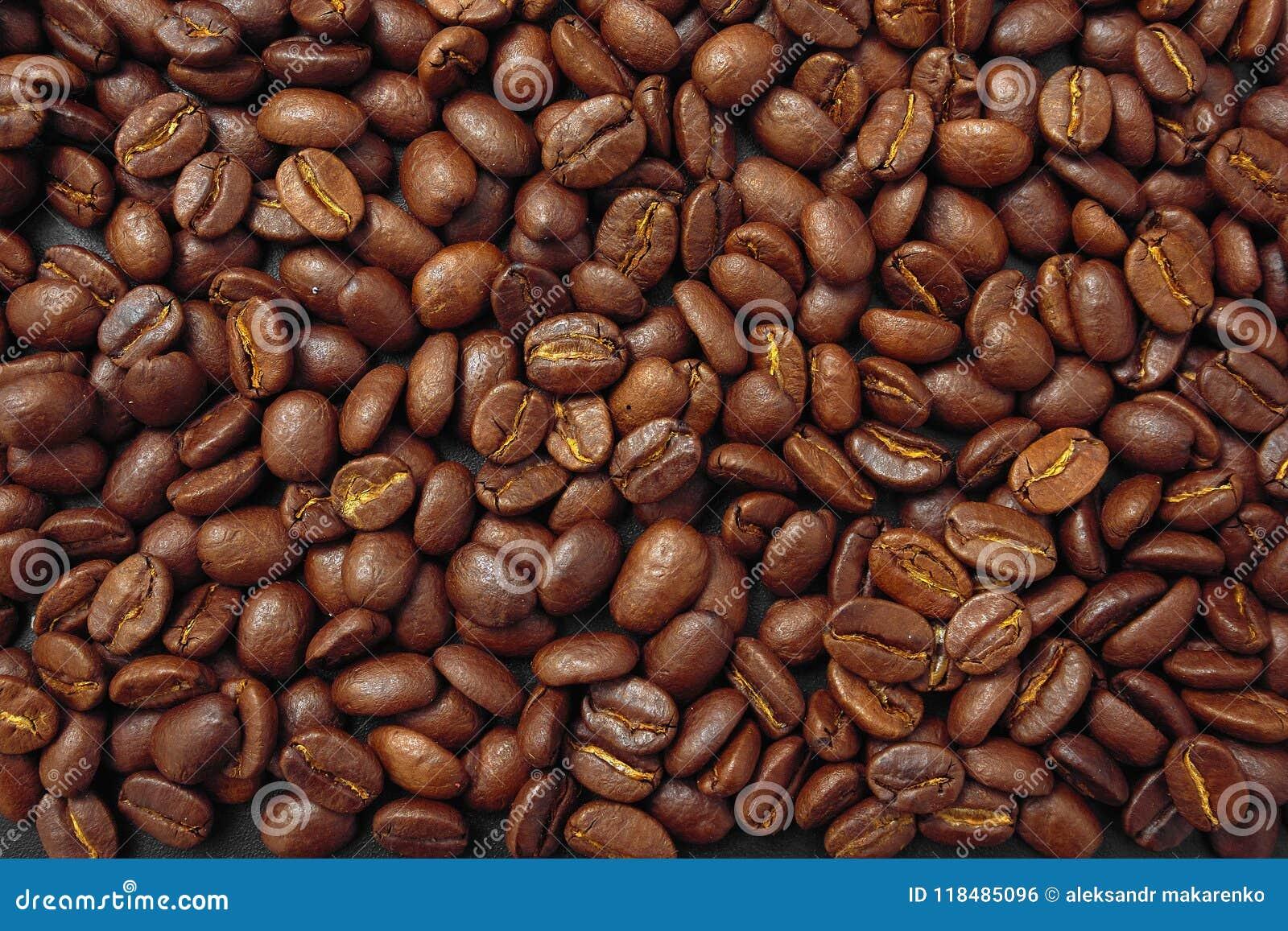 Café del cereal en bulto en un fondo negro
