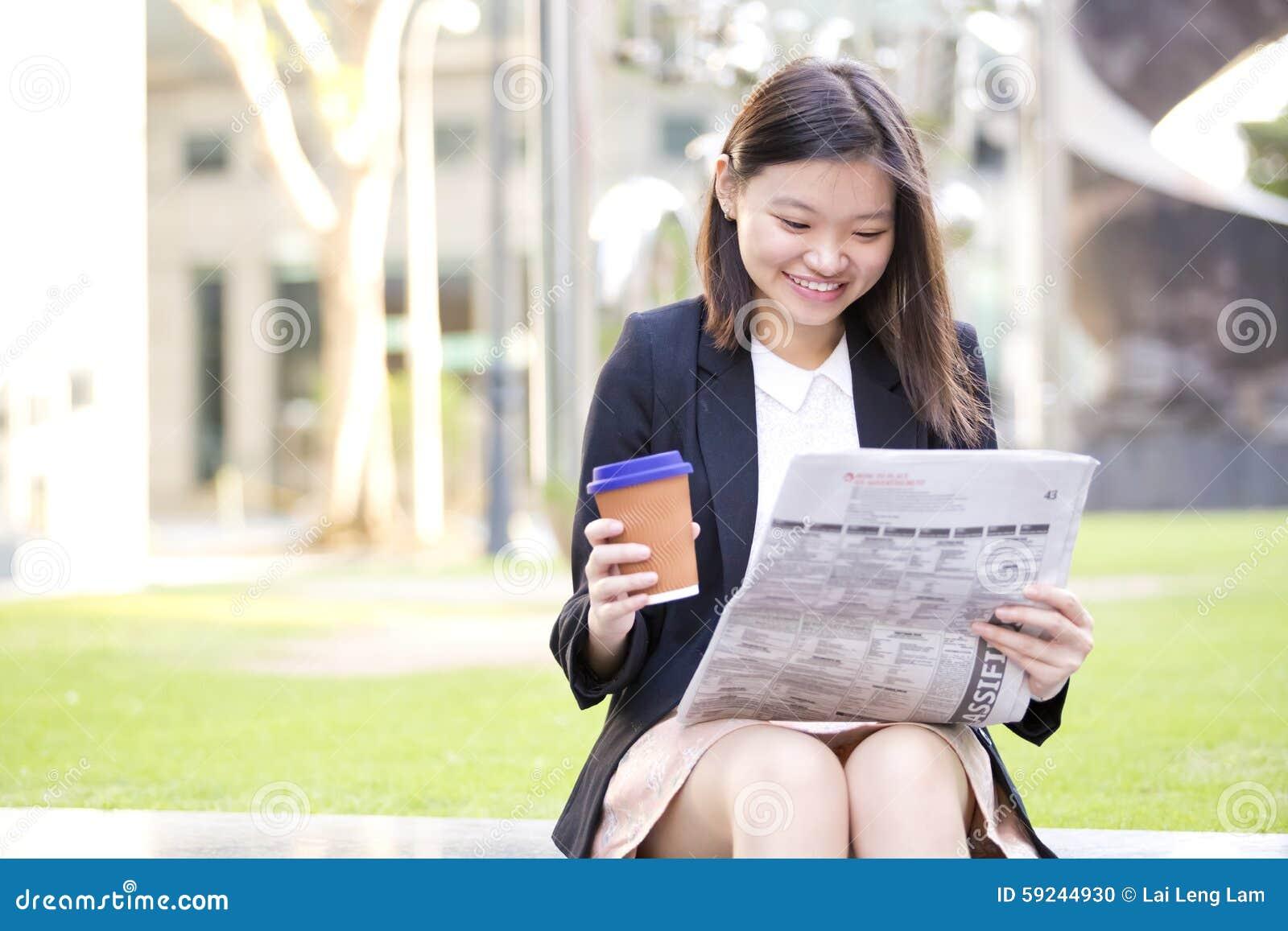 Download Café Del Ejecutivo De Sexo Femenino Asiático Joven Y Periódico De Consumición De La Lectura Foto de archivo - Imagen de chino, china: 59244930
