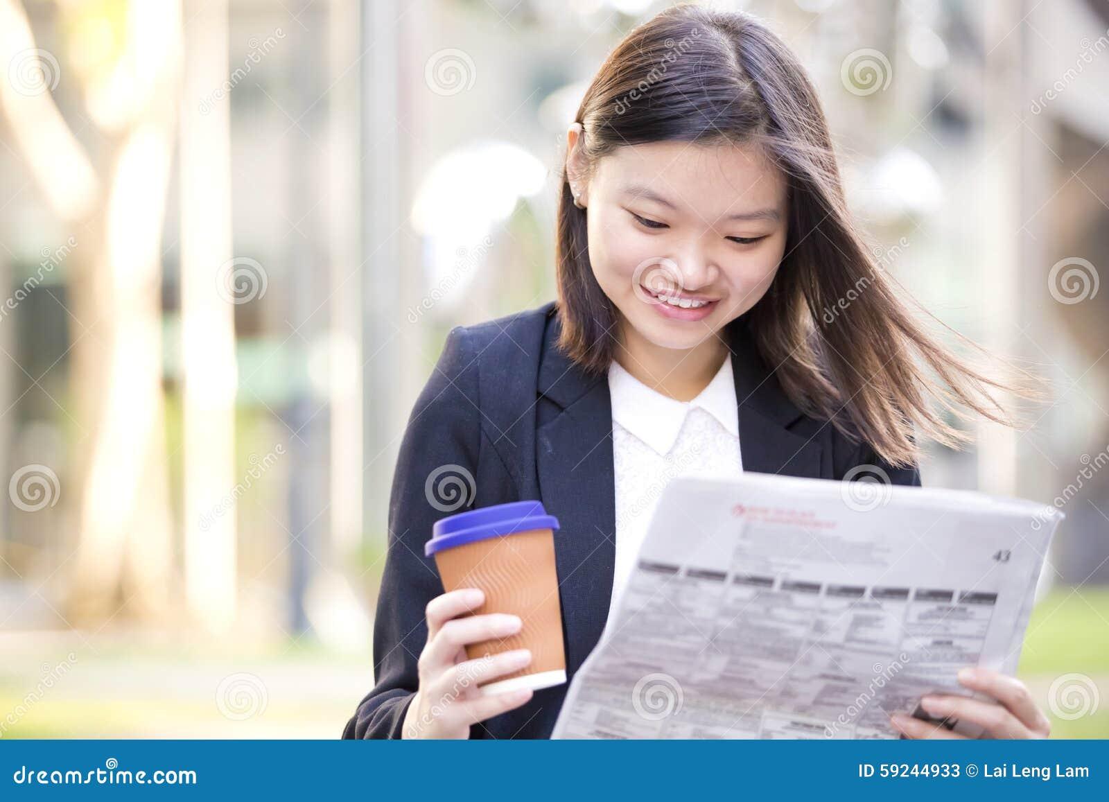 Download Café Del Ejecutivo De Sexo Femenino Asiático Joven Y Periódico De Consumición De La Lectura Imagen de archivo - Imagen de laptop, protuberancia: 59244933