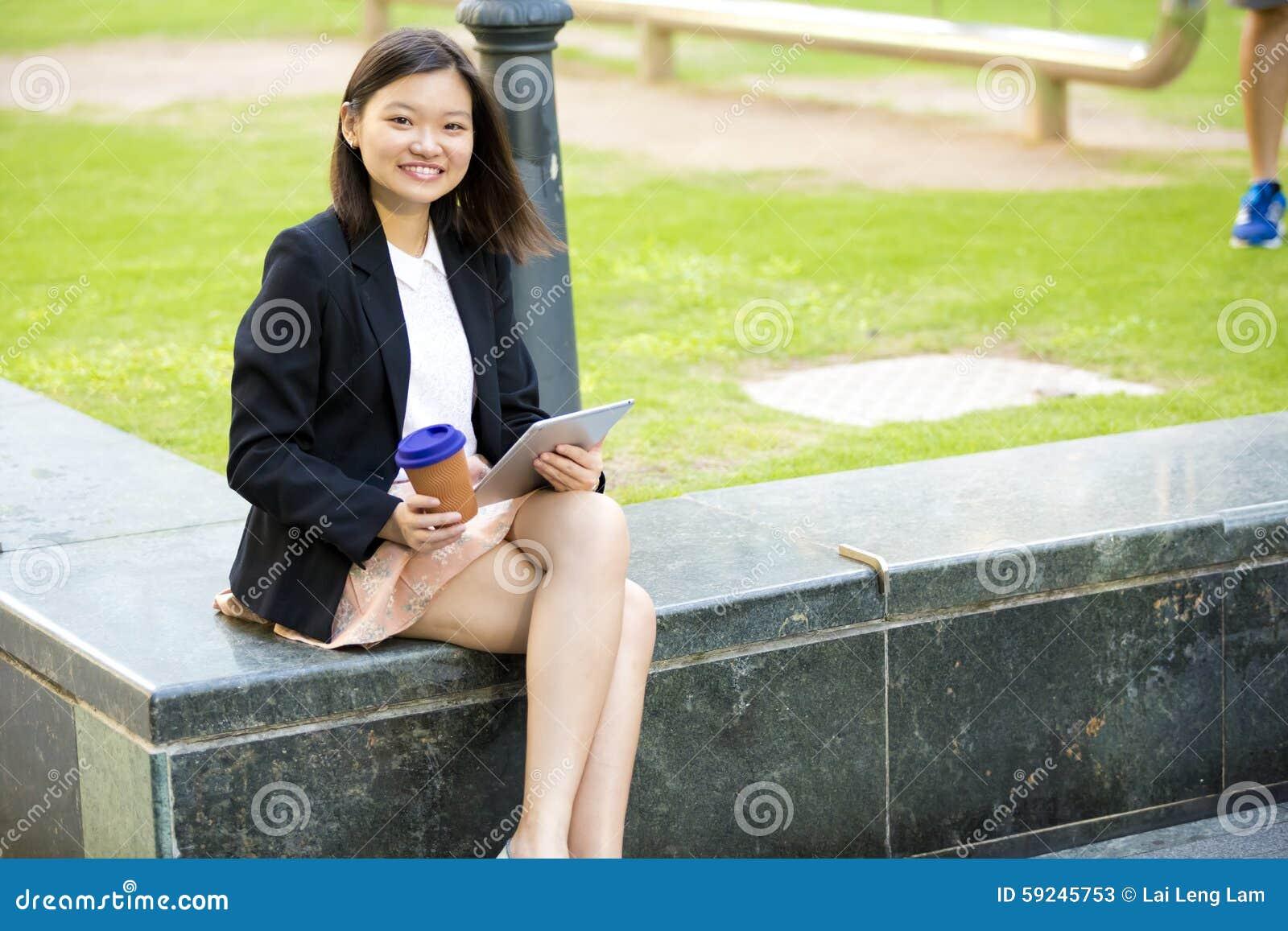 Download Café Del Ejecutivo De Sexo Femenino Asiático Joven Y Tableta De Consumición Con Imagen de archivo - Imagen de marrón, cooperación: 59245753