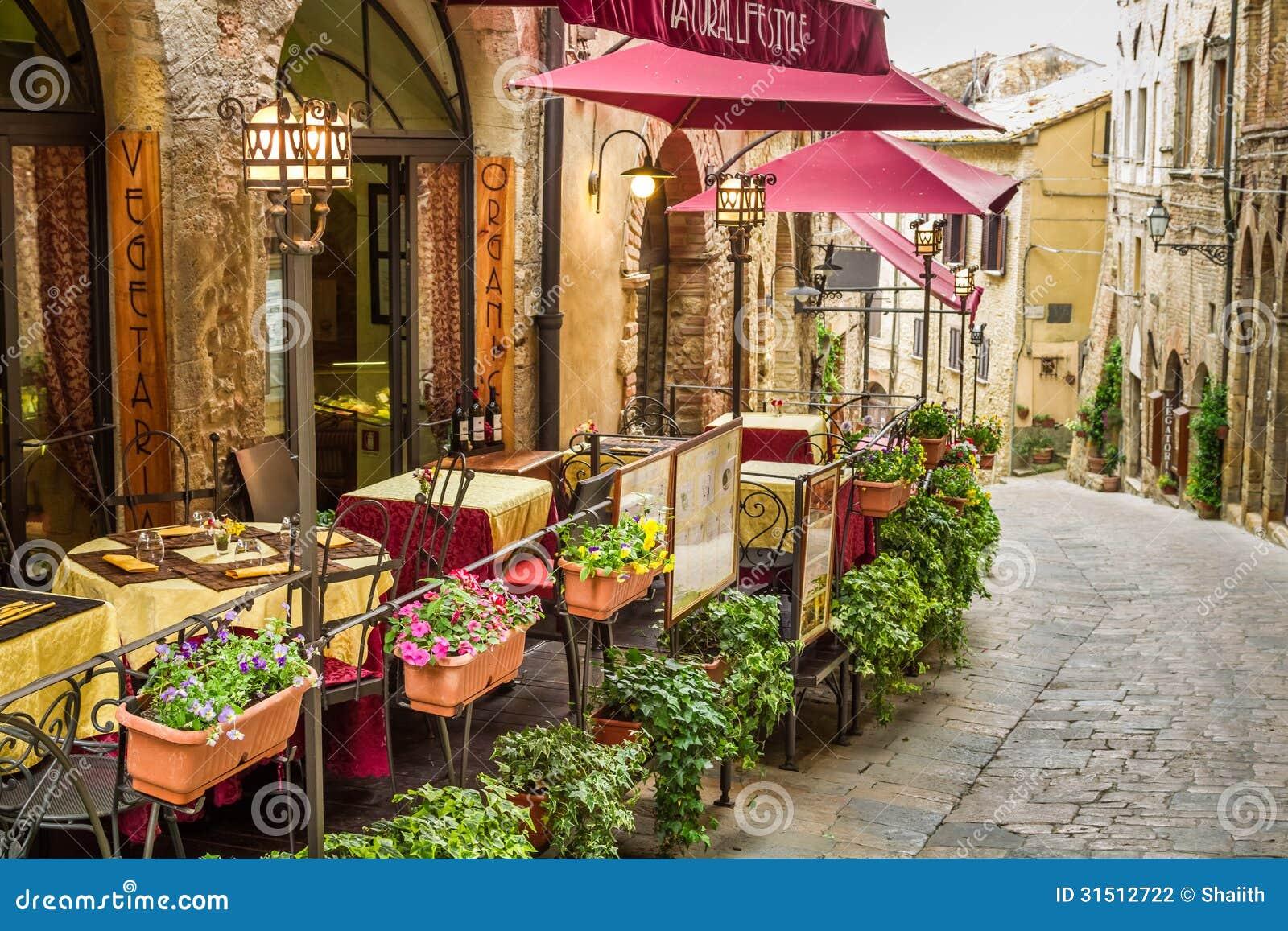 Café del vintage en la esquina de la ciudad vieja