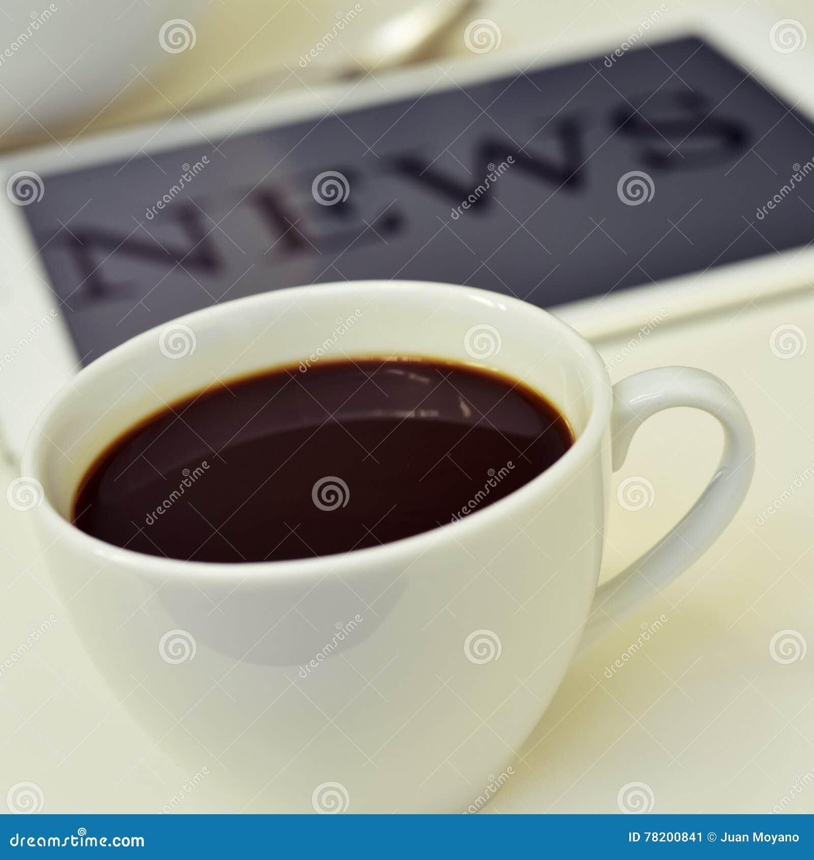 Café e notícia na tabuleta