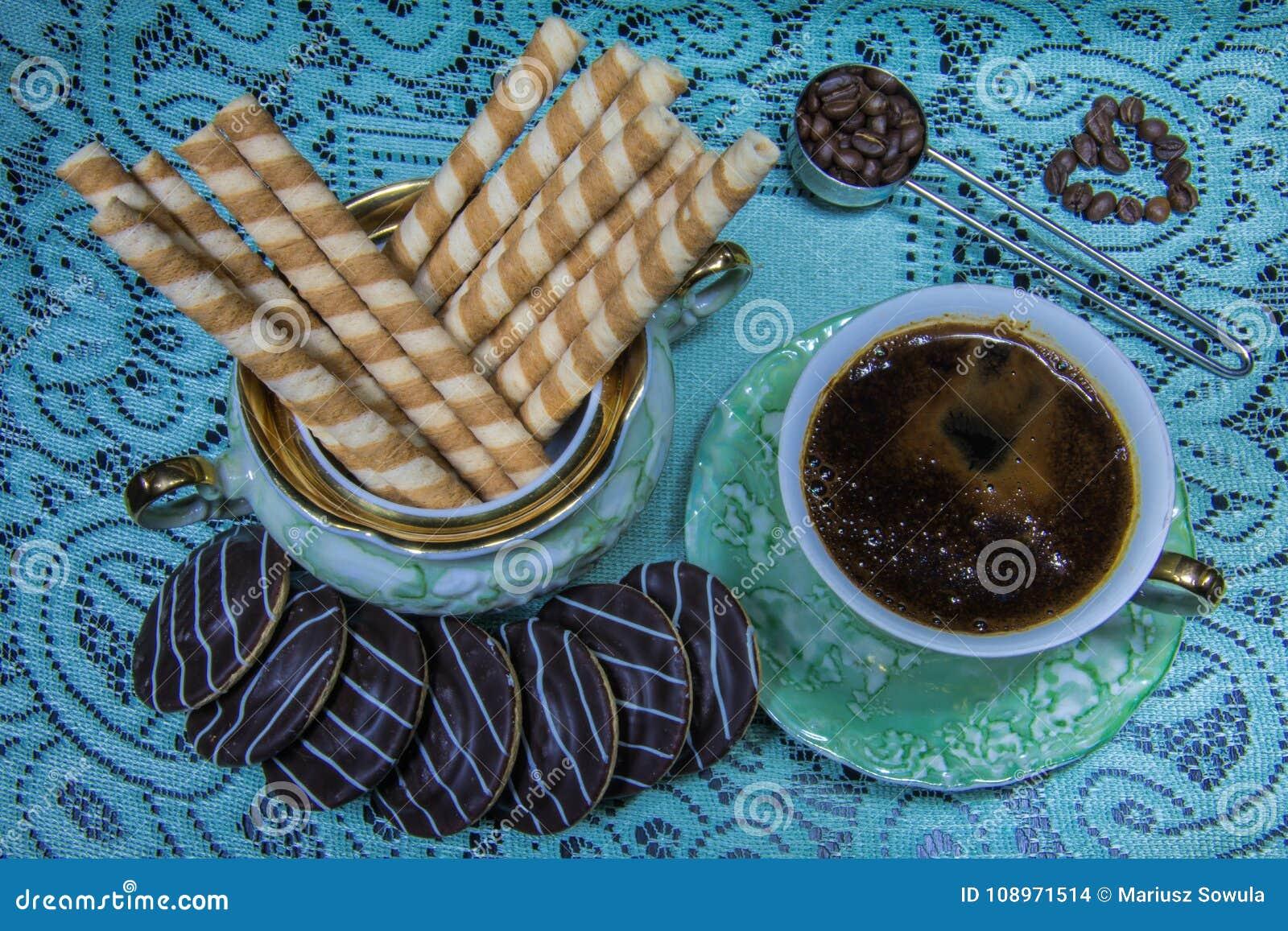 Café em uma tabela preta em um estilo retro