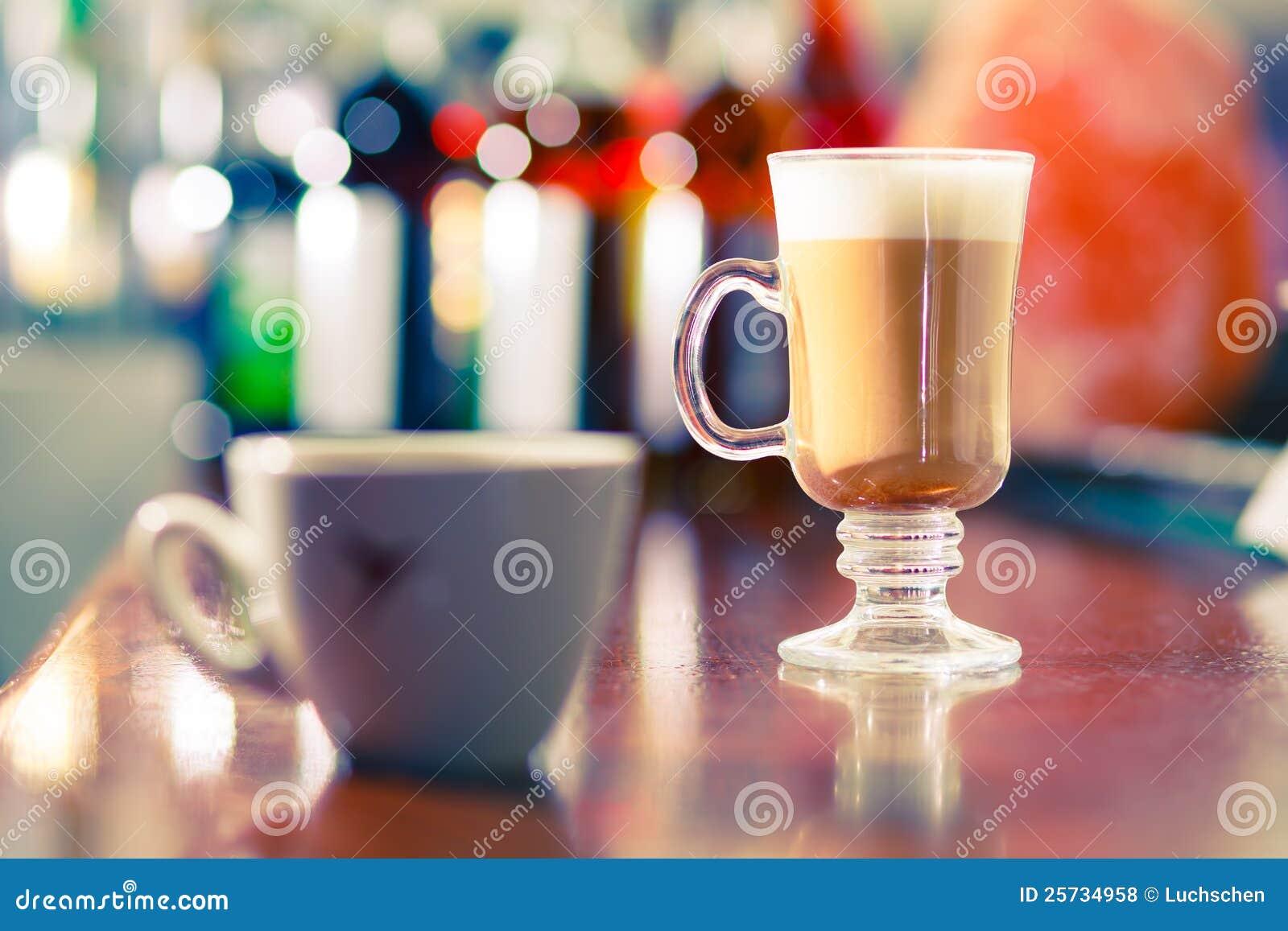 Café en el vector de la barra