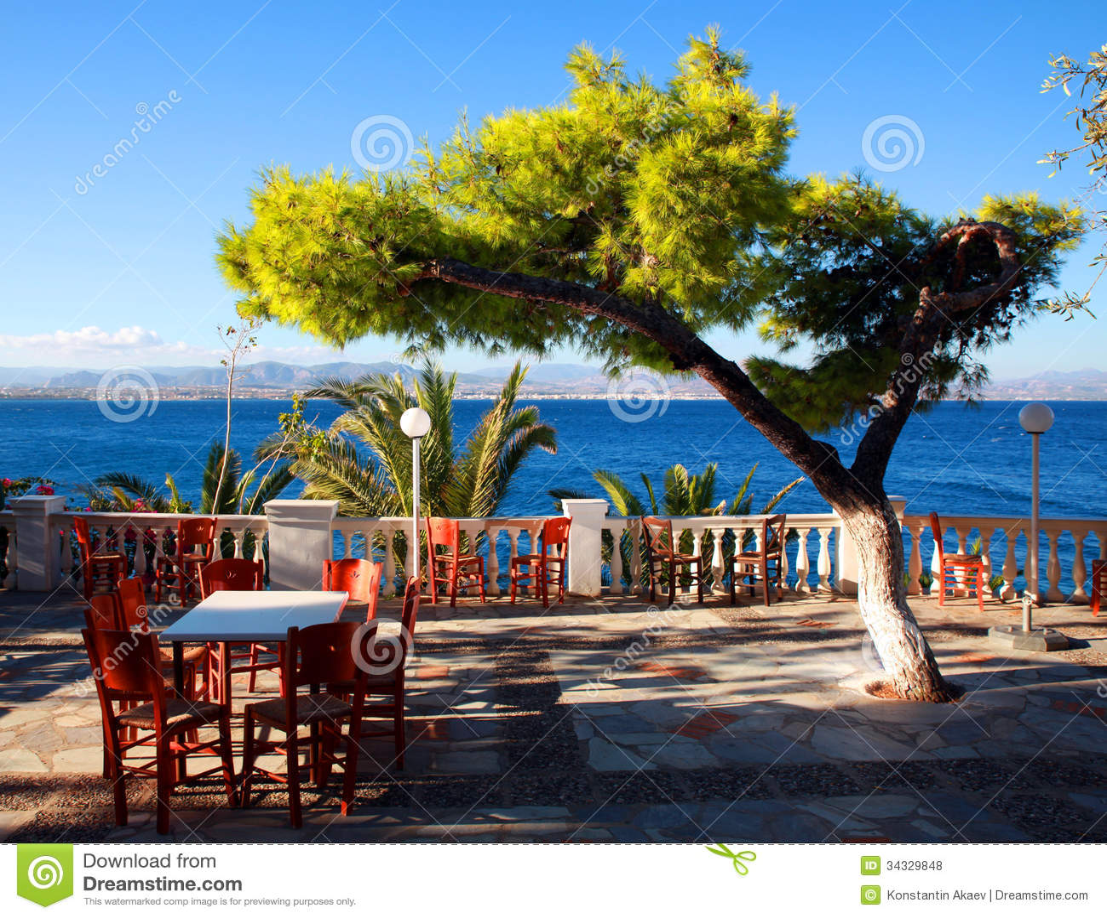 Café en la terraza por el mar